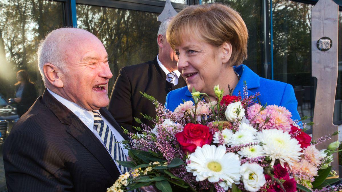 Ernst Hinsken empfängt Bundeskanzlerin Angela Merkel 2014 in Mecklenburg-Vorpommern beim 110. Deutschen Bädertag.