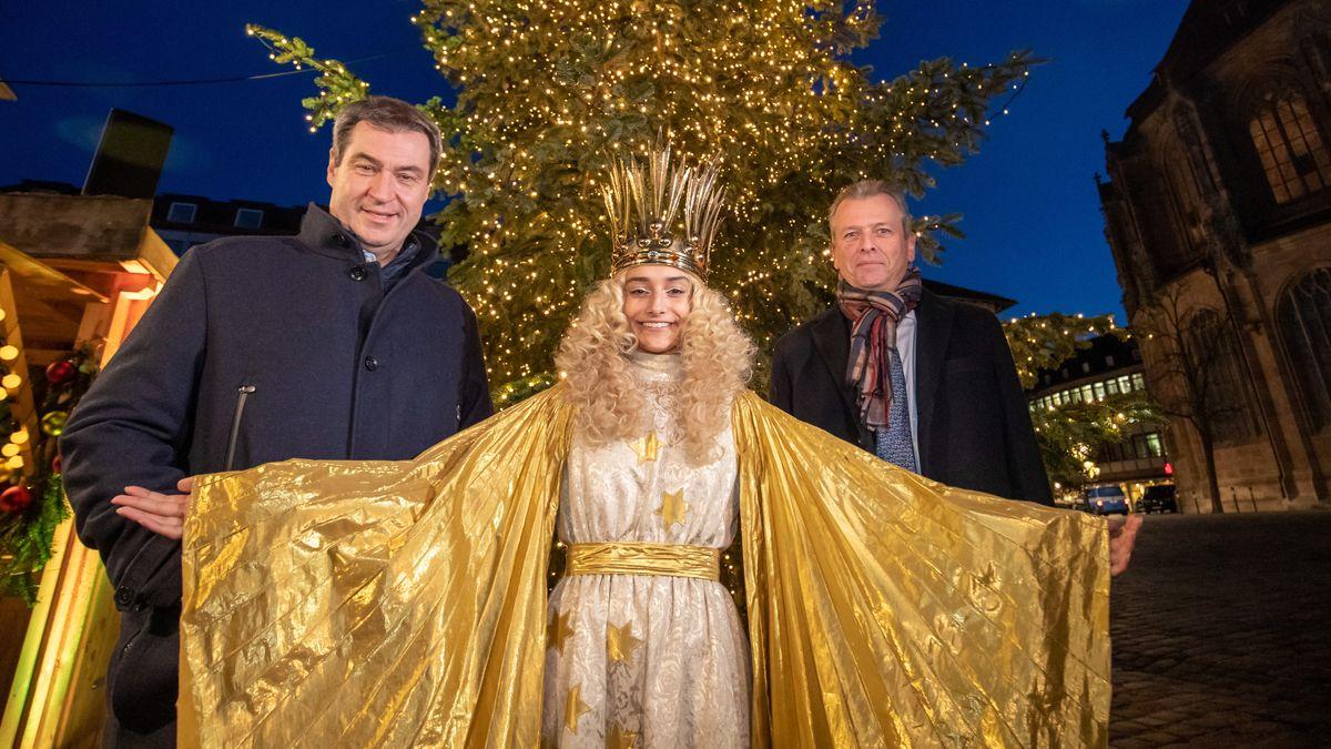 17.12.2019, Bayern, Nürnberg: Markus Söder (l, CSU), Ministerpräsident von Bayern, Benigna Munsi, das Nürnberger Christkind 2019, und Ulrich Maly (SPD), Oberbürgermeister der Stadt Nürnberg, stehen nach der Kabinettssitzung vor einem Weihnachtsbaum. (Archiv)