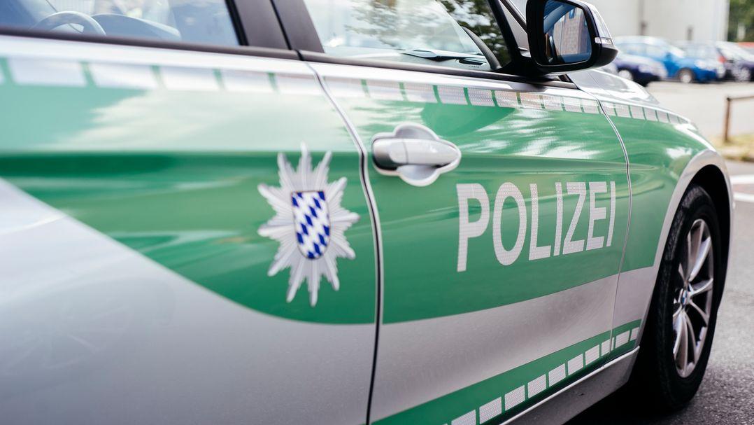 Mehrere Streifenwagen fuhren am Sonntag nach einem Notruf zu einem Haus in München-Obermenzing und fanden dort eine Frauenleiche (Symbolbild)