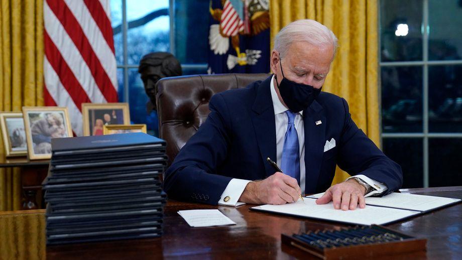 US-Präsident Joe Biden unterzeichnet seine erste Anordnung (Executive Order) im Oval Office des Weißen Hauses.