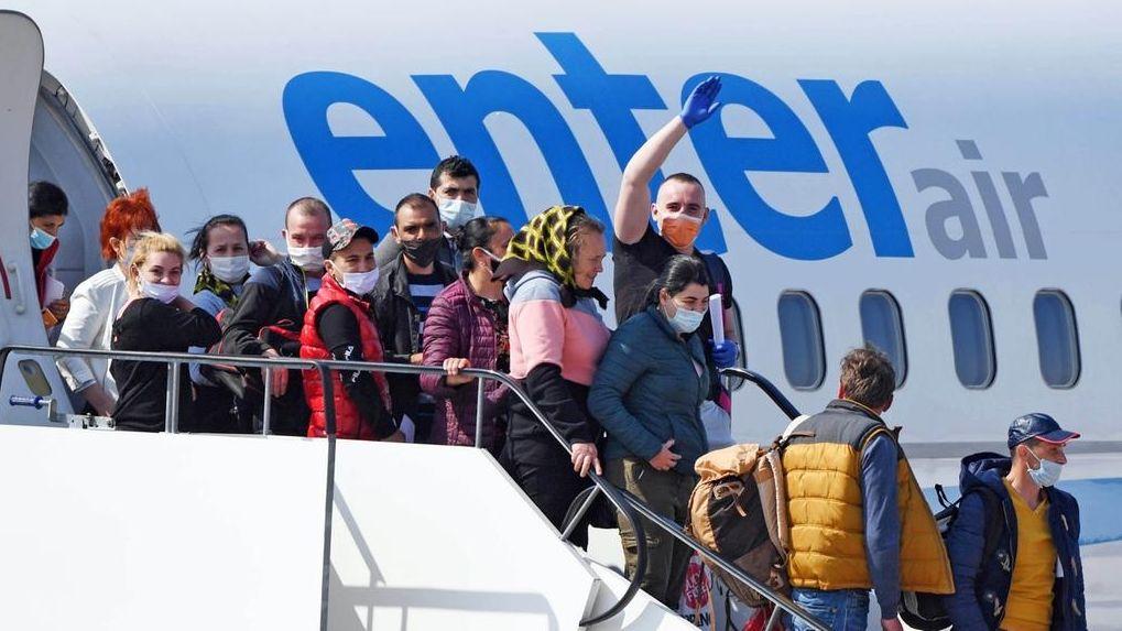 Auf dem Flughafen Karlsruhe/Baden-Baden gehen Erntehelfer, die aus Rumänien eingeflogen wurden, aus einem Flugzeug.