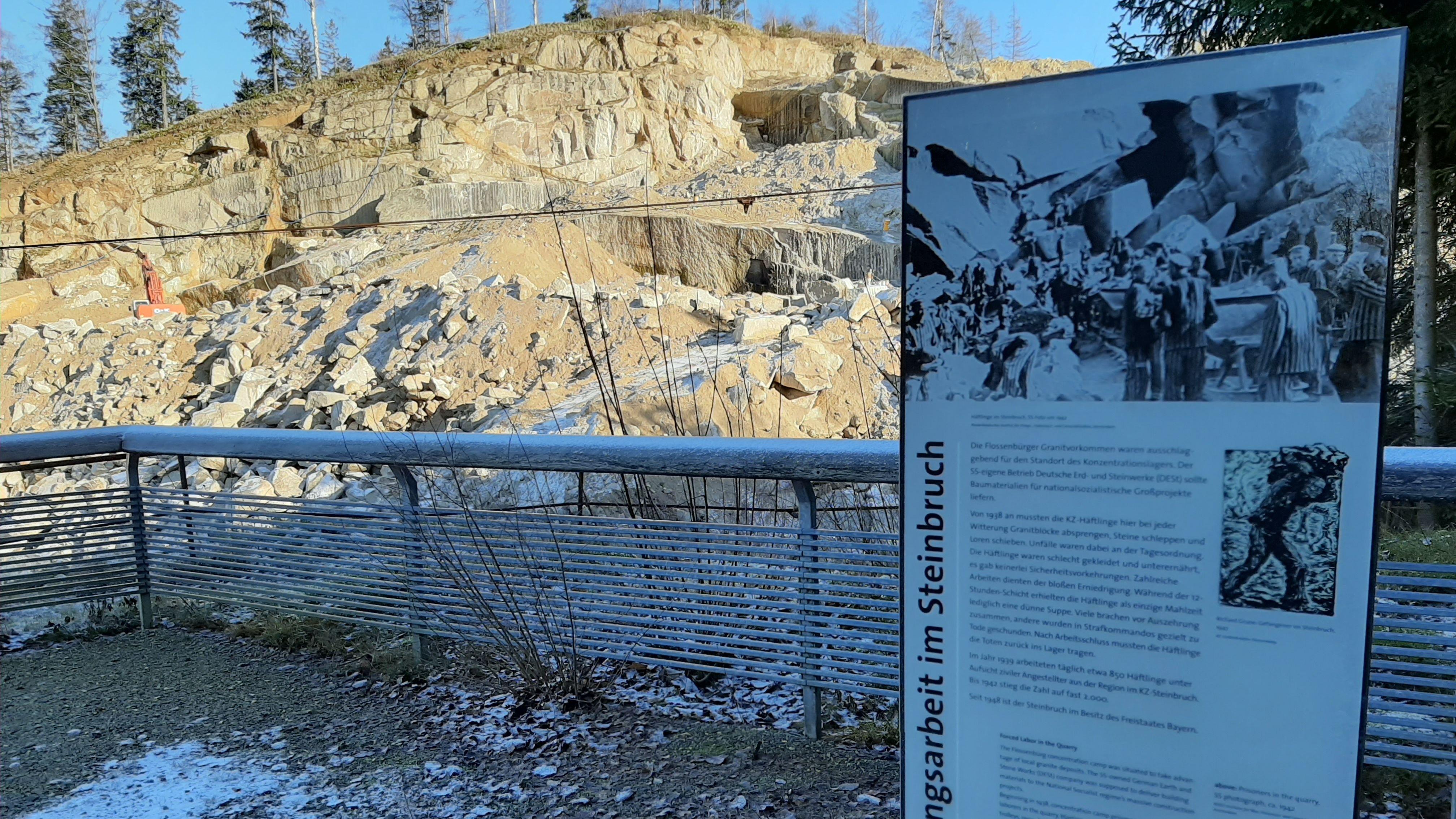 Im Steinbruch wird auch an Zwangsarbeit erinnert