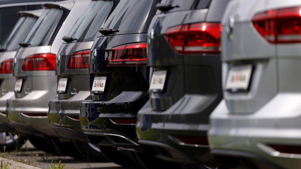 An einem Autohaus in Rheda-Wiedenbrück stehen Neuwagen des Volkswagen-Konzerns.