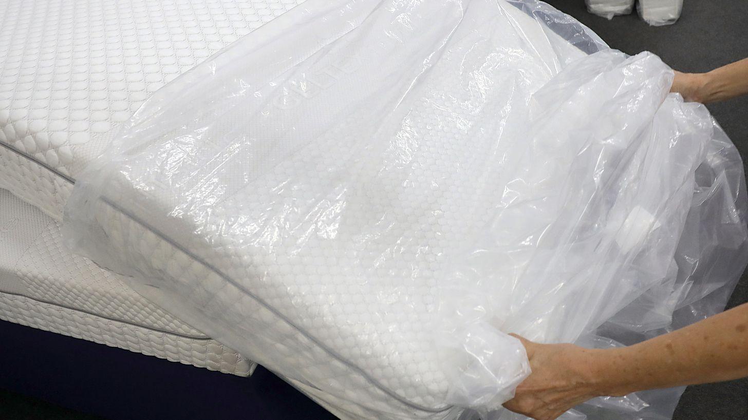 Frau packt neue Matratze aus