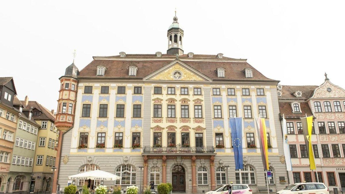 Vor dem Rathaus in Coburg wehen vier Fahnen, darunter die blaue Europa-Fahne und die schwarz-rot-goldene Deutschland-Fahne.