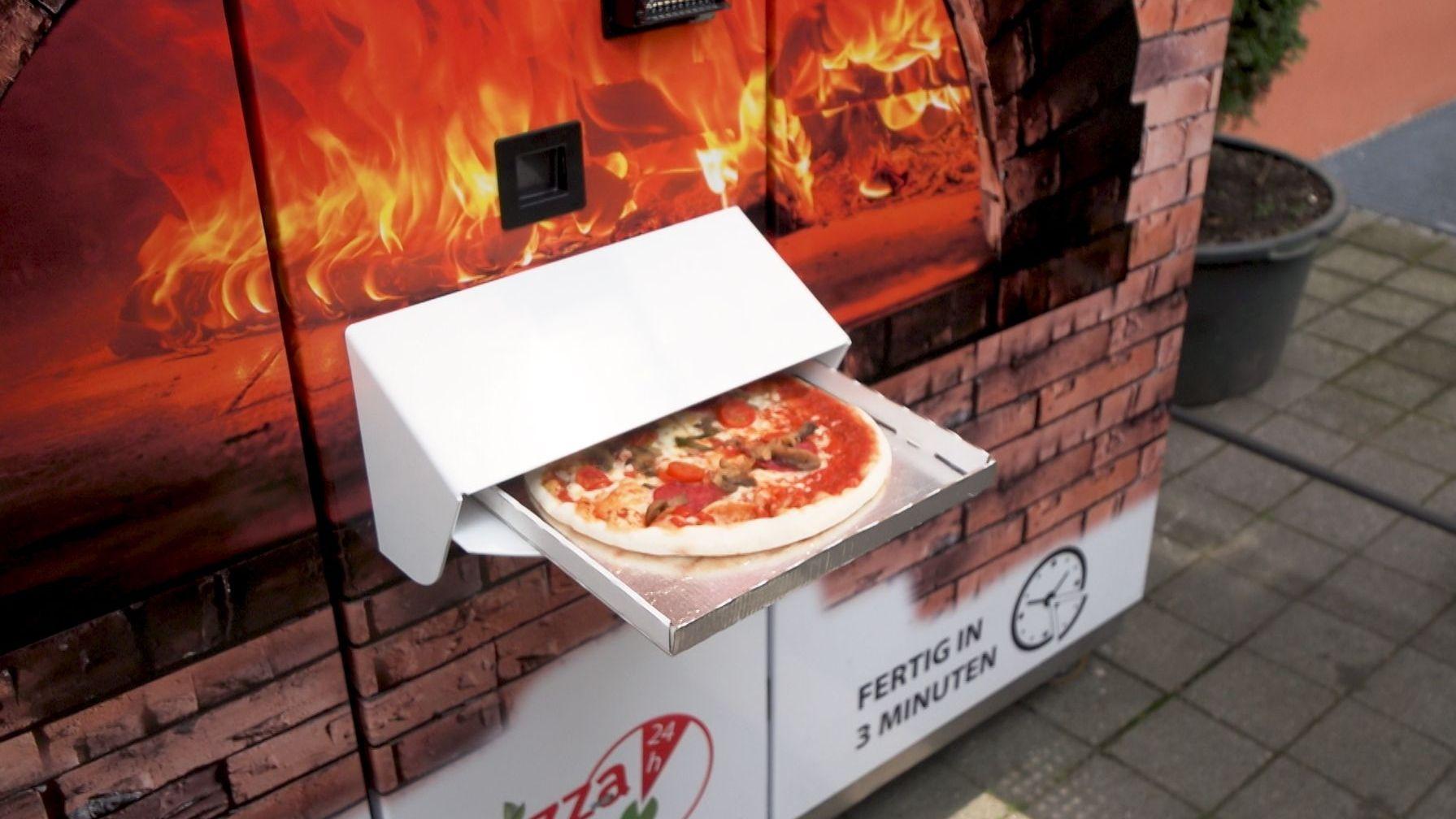 Pizza-Automat in Augsburg: Eine Pizza liegt fertig im Ausgabefach