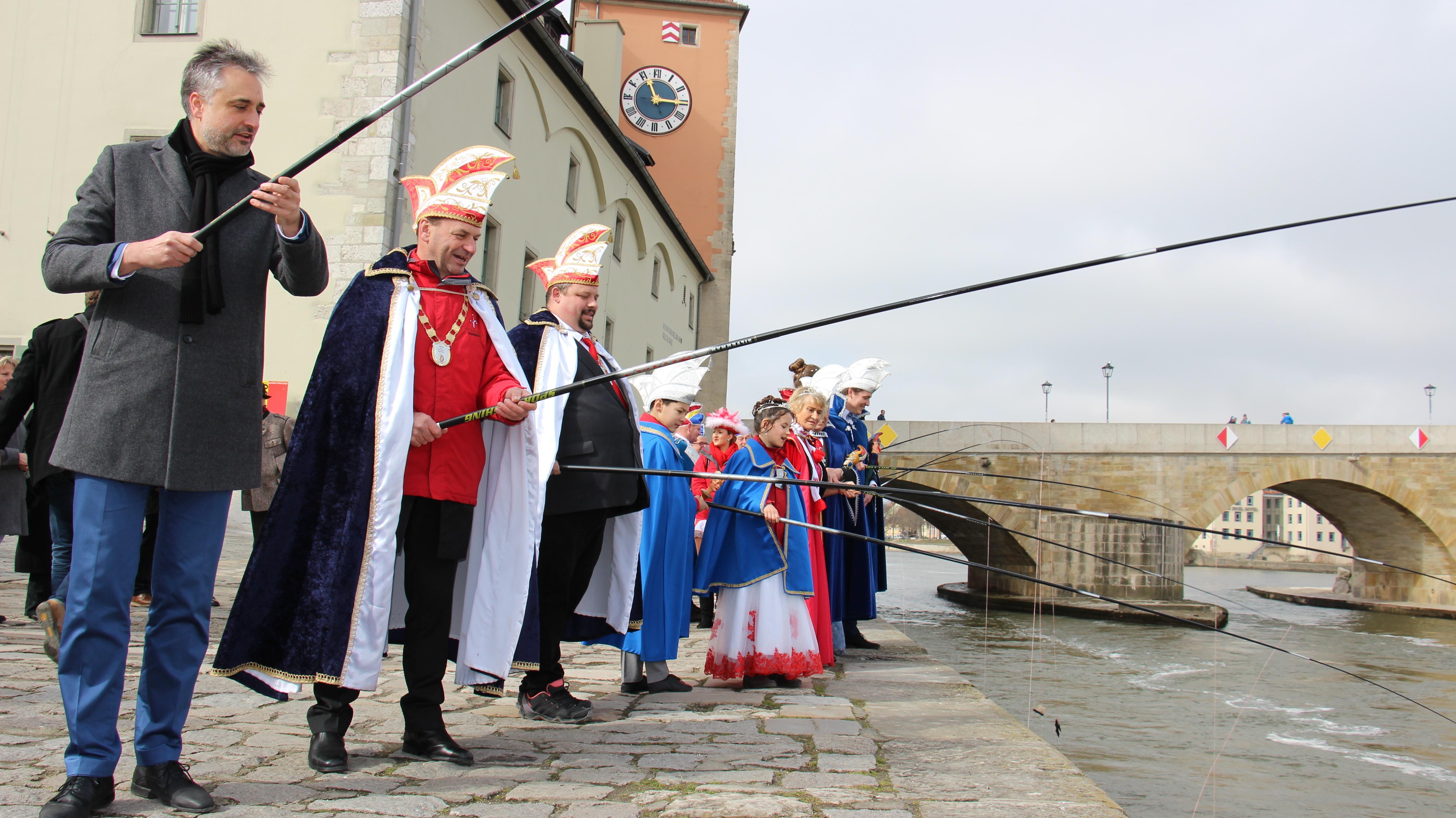 Mit dem traditionellen Geldbeutelwaschen in der Donau hat die Regensburger Faschingsgesellschaft Narragonia die Faschingssaison beendet