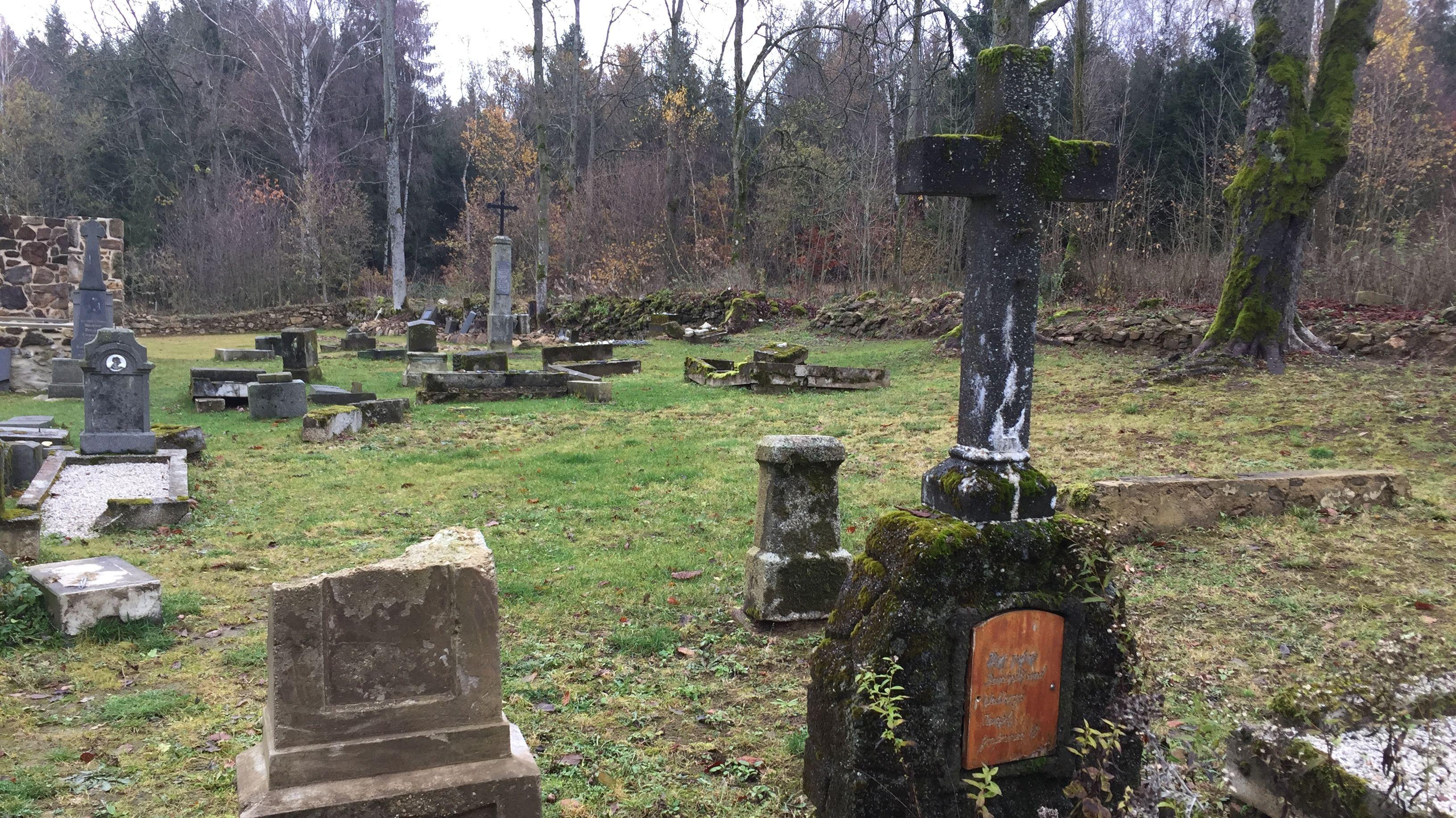 Alte Grabsteine auf dem Grafenrieder Friedhof.