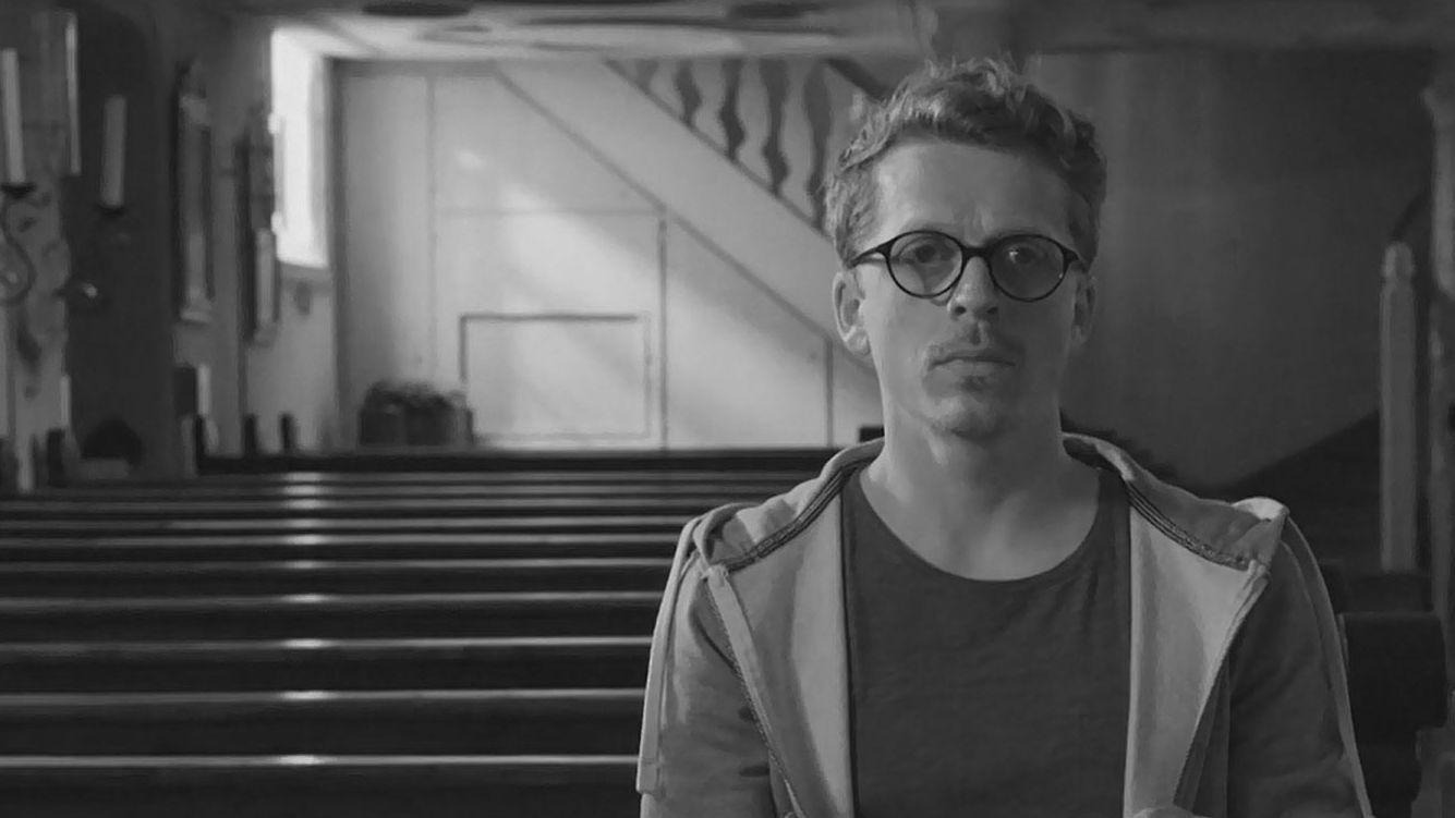 """""""Dahoam is dahoam""""-Schauspieler Ferdinand Schmidt-Modrow in seiner Rolle als Pfarrer."""