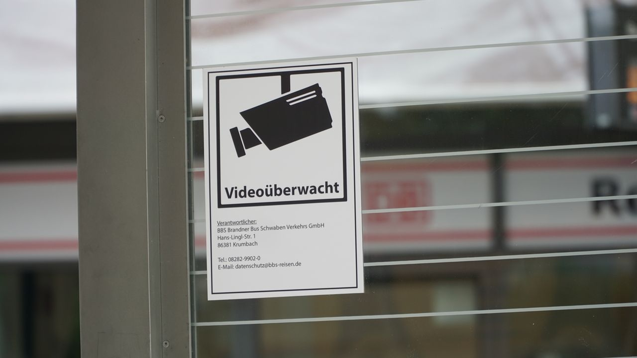 Schild weist auf Videoüberwachung am Günzburger Bahnhof hin.