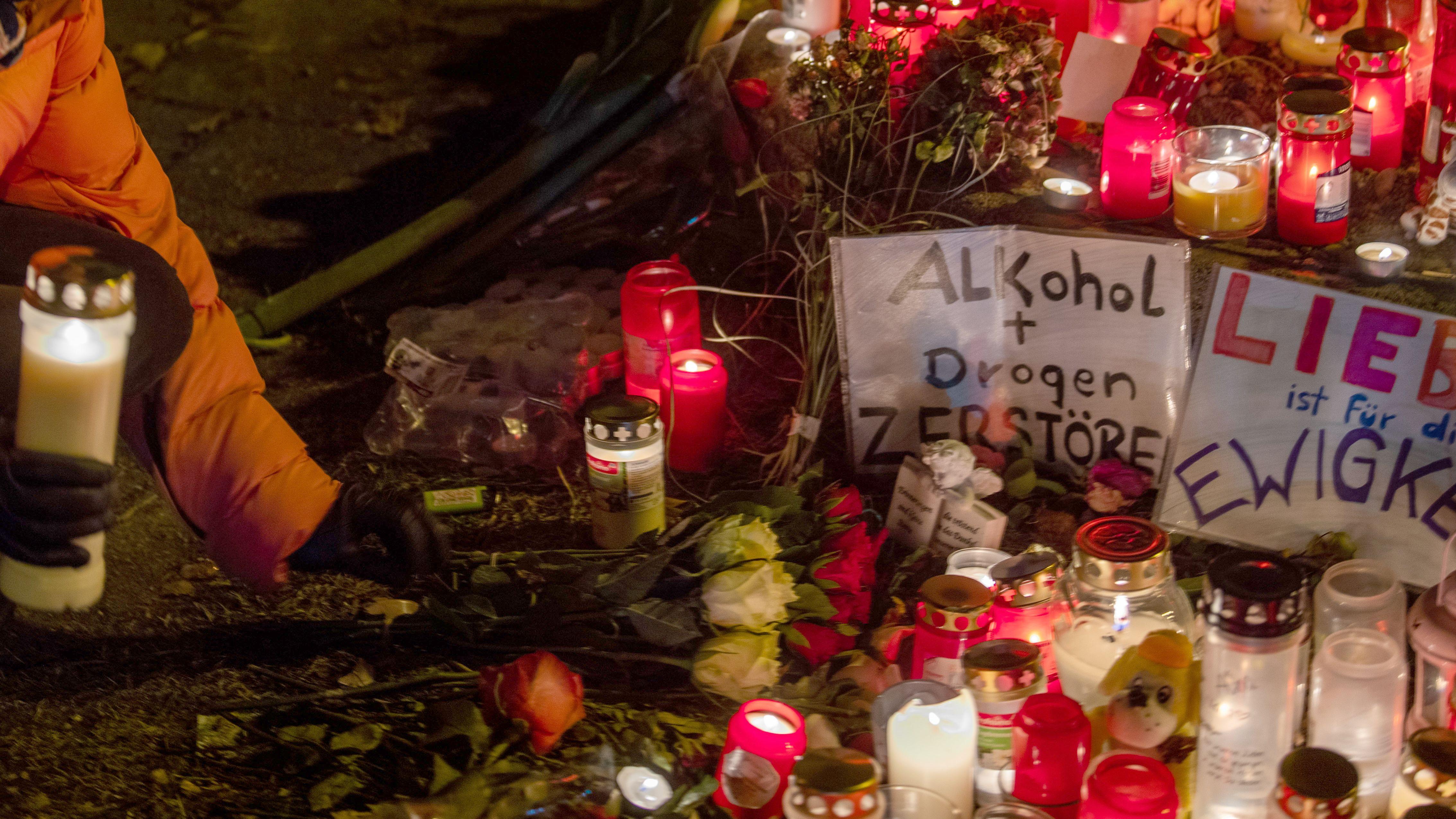 Kerzen stehen bei der Mahnwache für den bei dem Raserunfall getöteten jungen Mann an der Fürstenrieder Straße. Ein Raser hatte den 14-Jährigen mit seinem Auto erfasst.