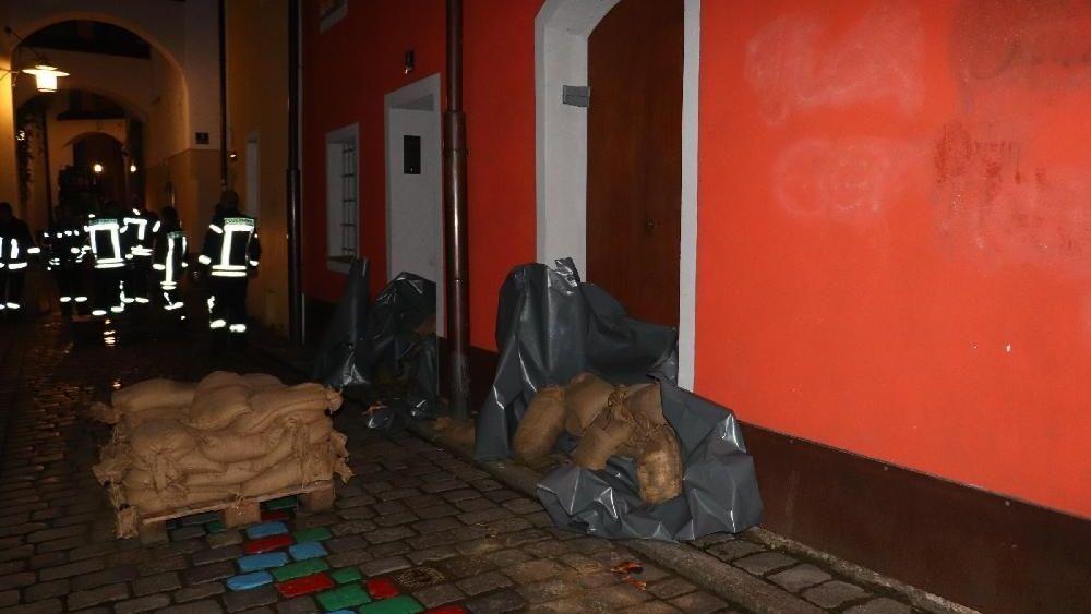 Noch am Abend hat die Feuerwehr Sandsäcke vor Eingangstüren in Passau gelegt