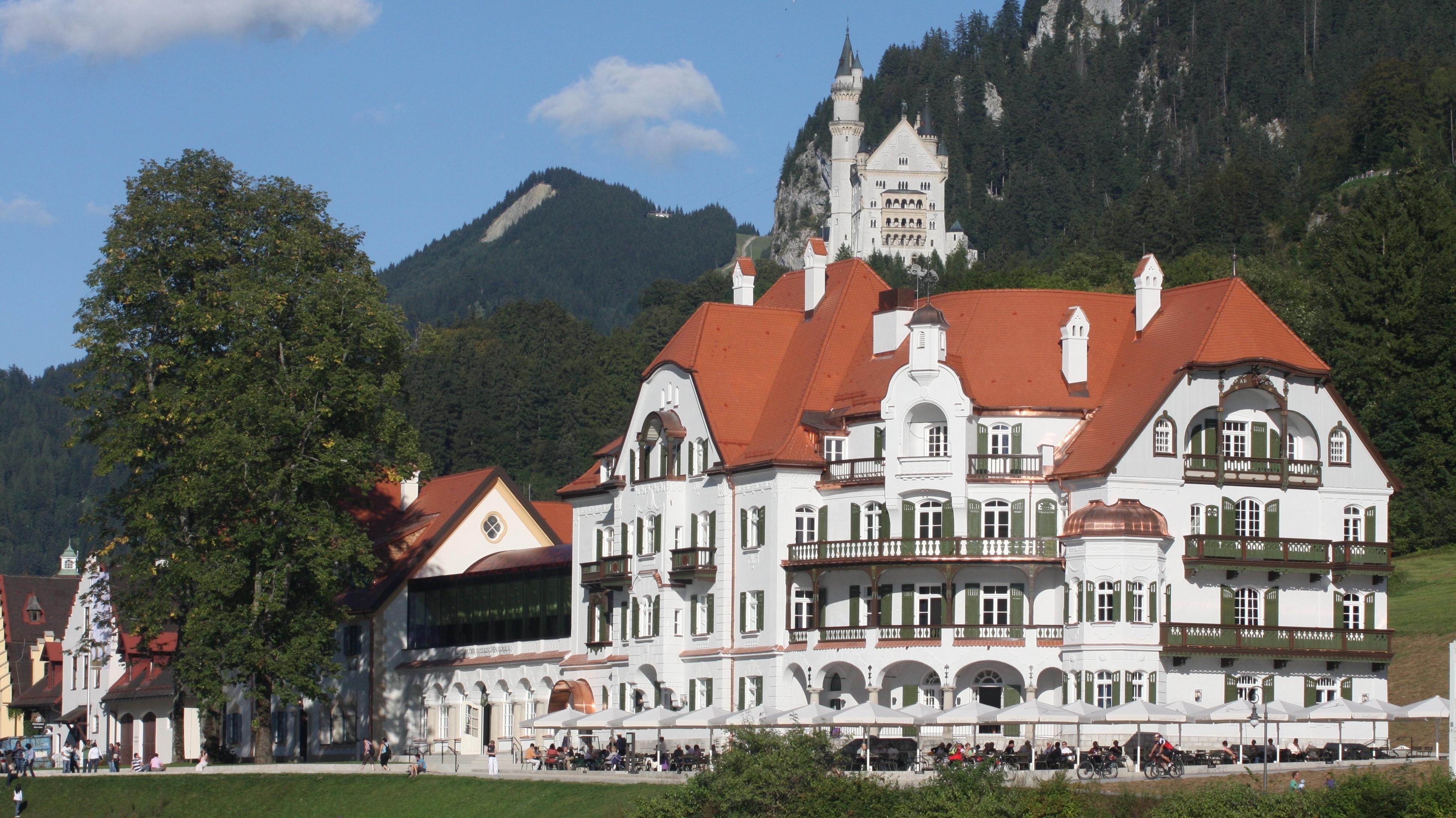 Außenaufnahme des Hotels Ameron Neuschwanstein Alpsee Resort & Spa.