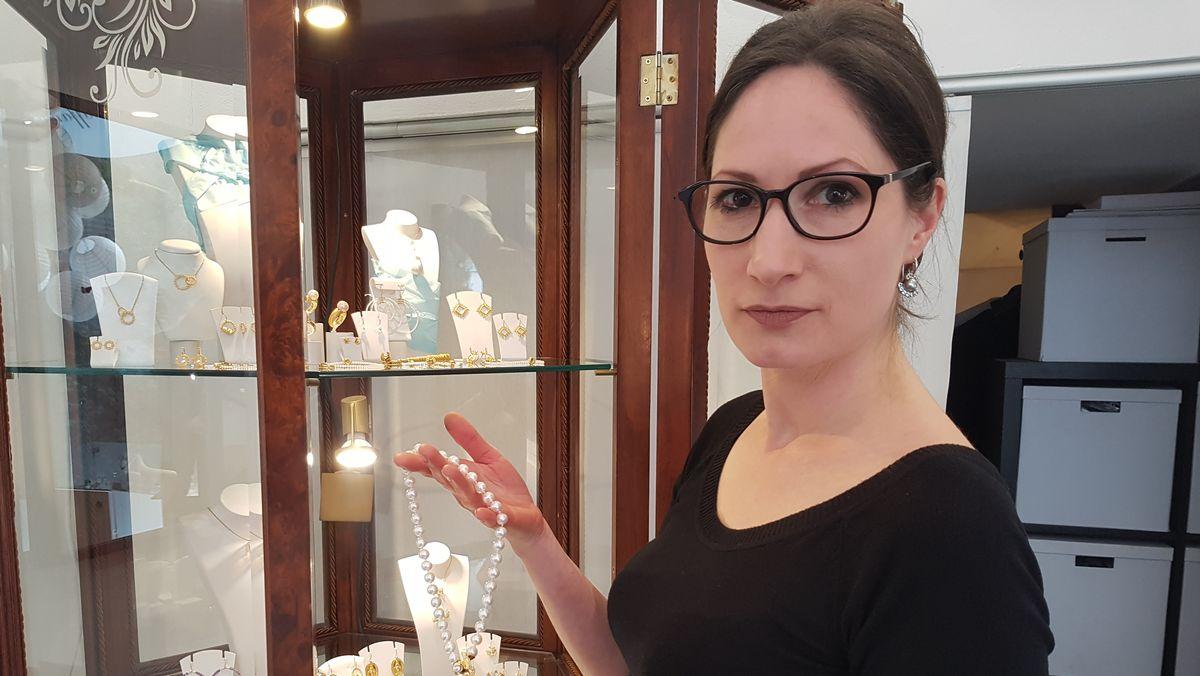 Goldschmiedin Margit Auffanger trifft die Absage der IHM in München wegen des Coronavirus schwer.