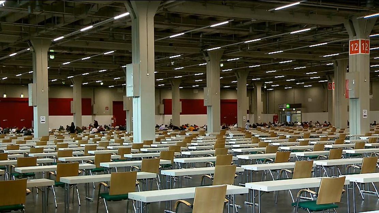 In dieser Nürnberger Messehalle schreiben die Studierenden Präsenzprüfungen
