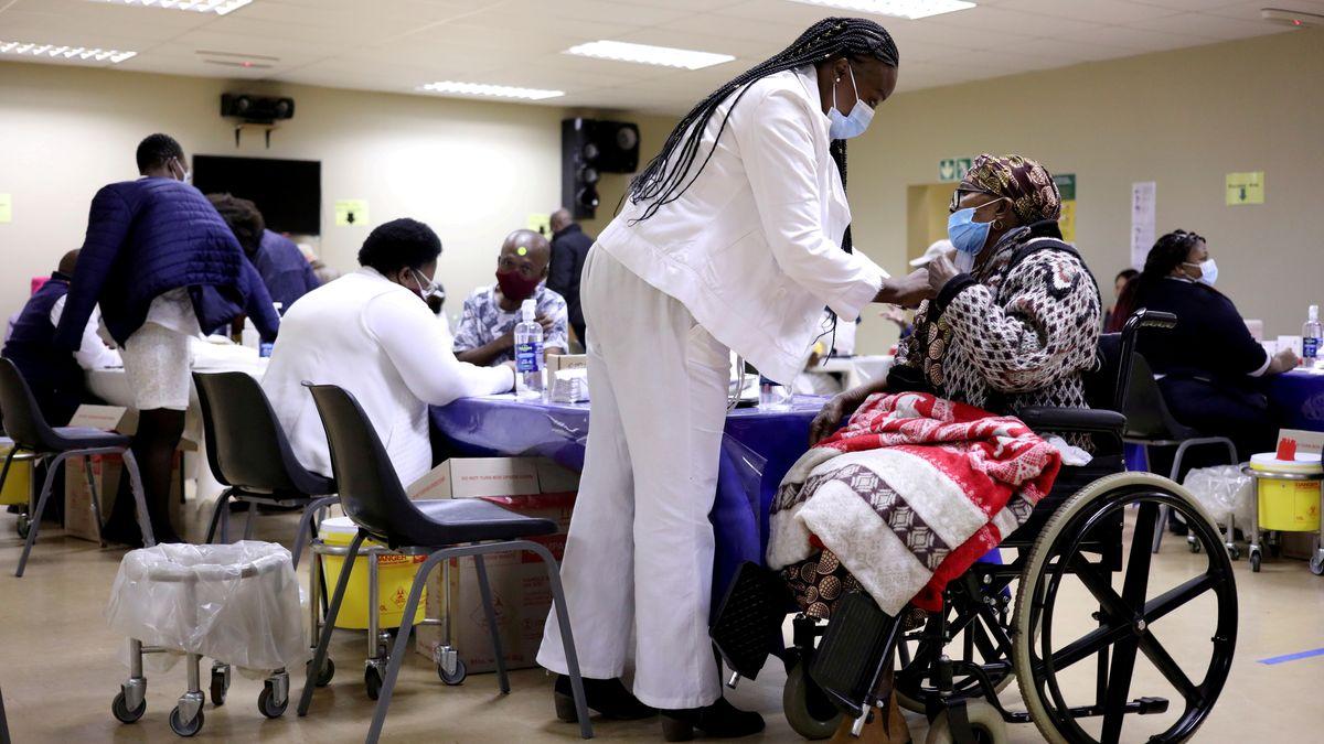 Impfung in einem Altenheim in Südafrika