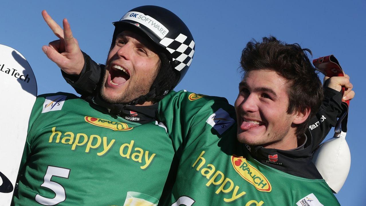Paul Berg (links) scherzt mit seinem Teamkollegen Konstantin Schad, der in dieser Saison eine Pause einlegt.
