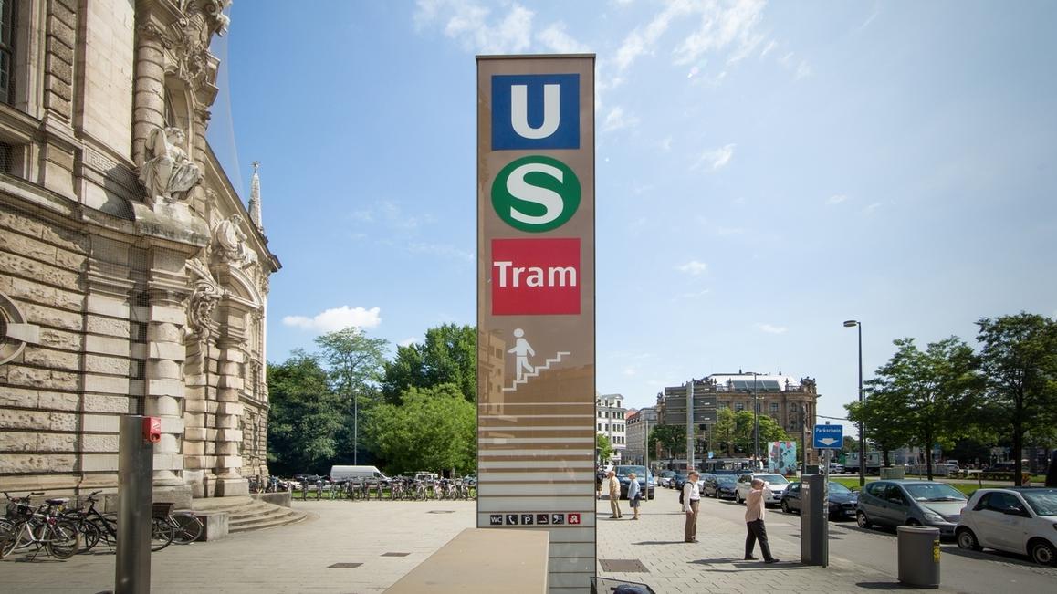 Unterführungsschild zur U-Bahn, S-Bahn und Tram am Justizpalast in München.