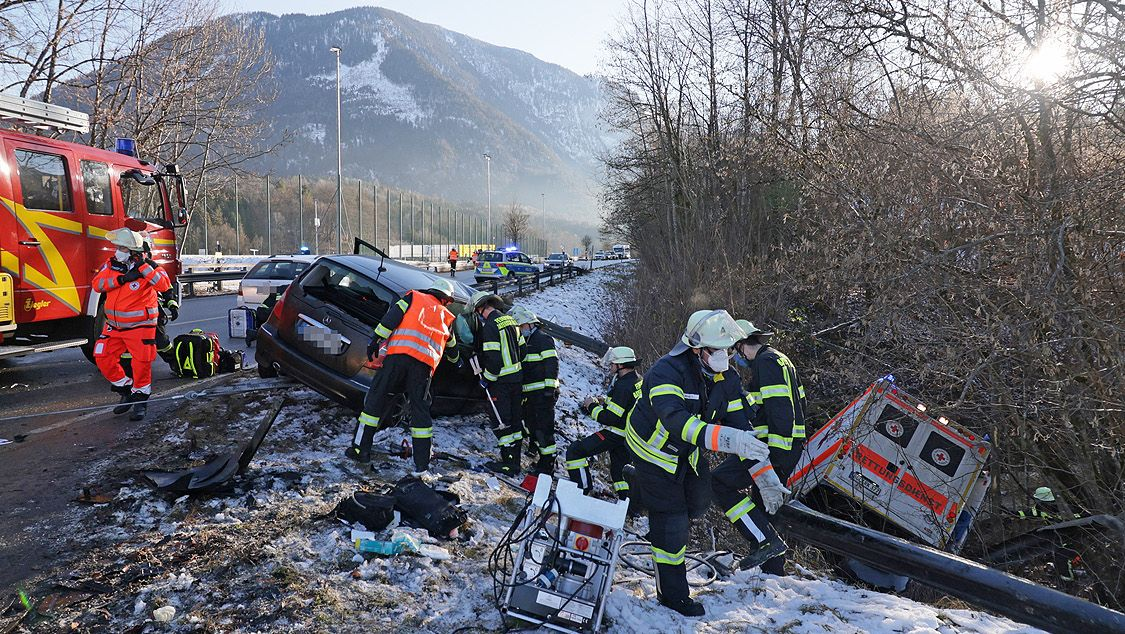 Mit Blaulicht und Martinshorn war ein Rettungswagen in Bayerisch Gmain an Silvester unterwegs, als er mit einem Pkw zusammenstieß und abrutschte.