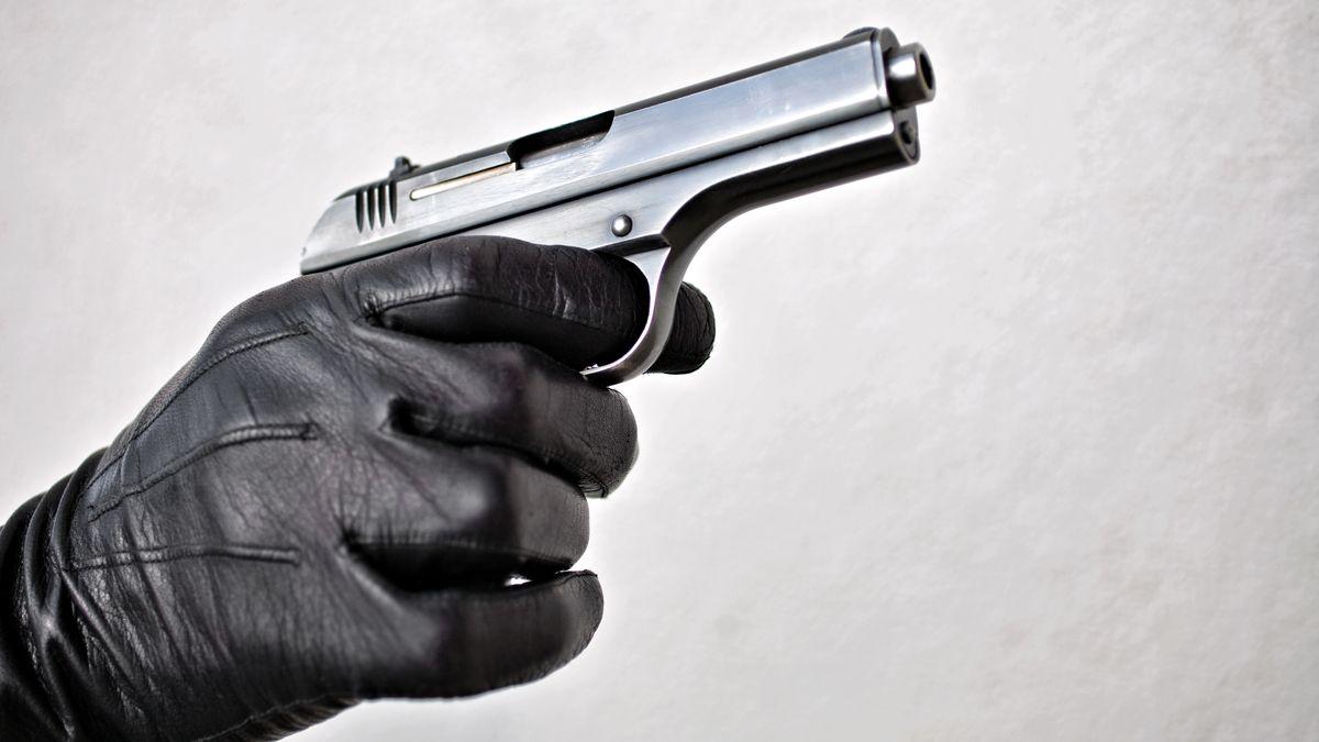Pistole in der Hand (Symbolbild)