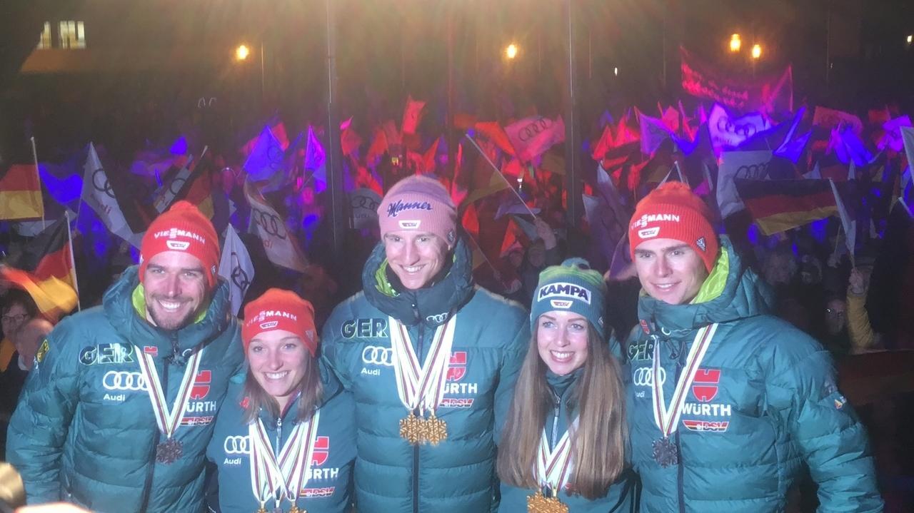 Die Wintersportler (v.l.) Johannes Rydzek, Katharina Althaus, Karl Geiger, Juliane Seyfarth und Vinzenz Geiger ließen sich in Oberstdorf feiern.