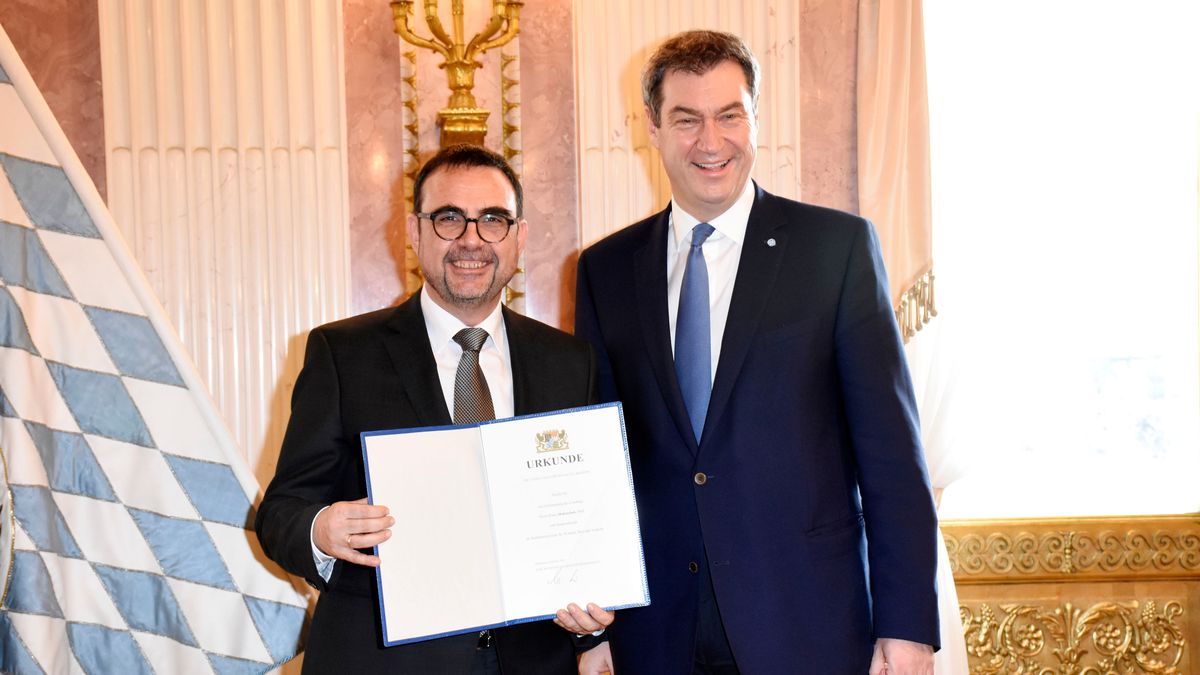 Holetschek mit Ernennungsurkunde zum Staatssekretär neben Ministerpräsident Söder