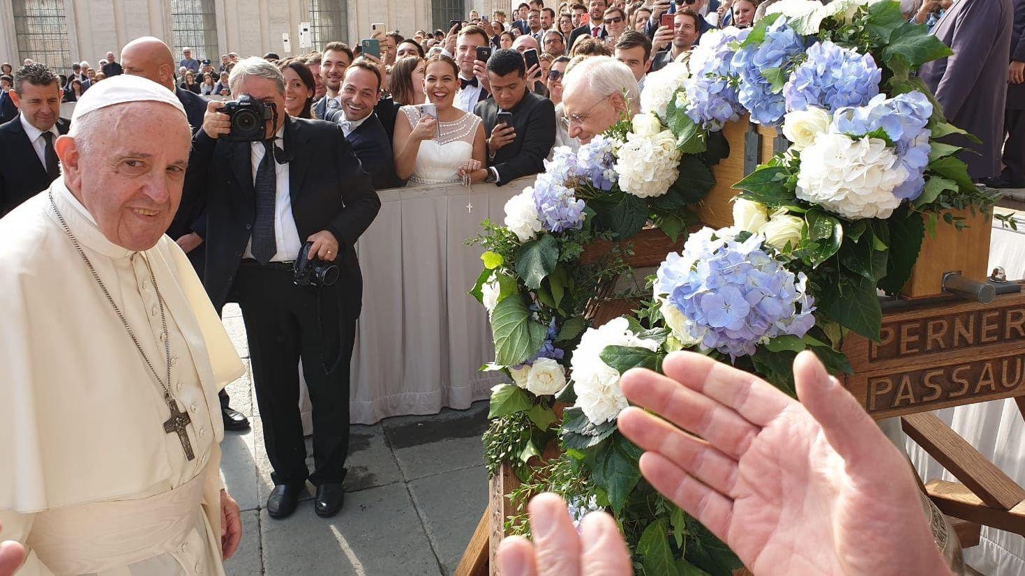 Die Glocke der Gießerei Perner aus Passau wurde an Papst Franziskus überreicht und von ihm geweiht.
