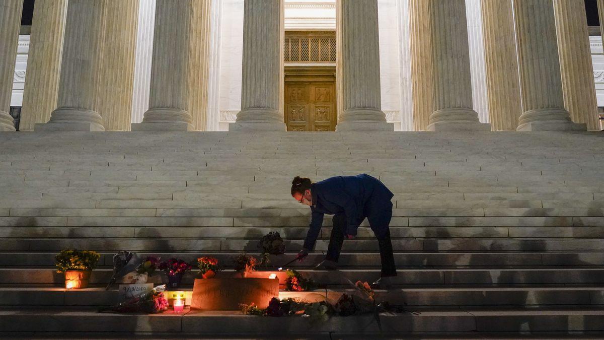 In Gedenken an US-Richterin Ruth Bader Ginsburg werden auf die Treppen des Supreme Court in Washington Blumen gelegt und Kerzen angezündet.