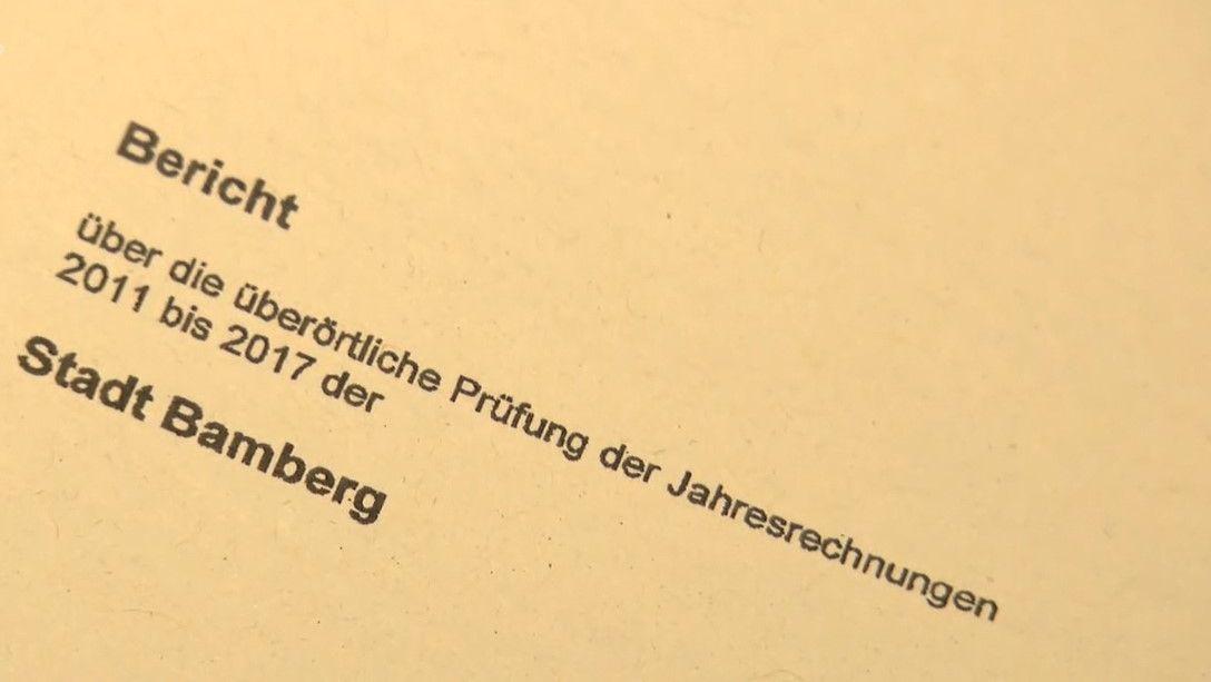 Auf einer Akte ist zu lesen: Bericht über die überörtliche Prüfung der Jahresrechungen 2011 bis 2017 der Stadt Bamberg.
