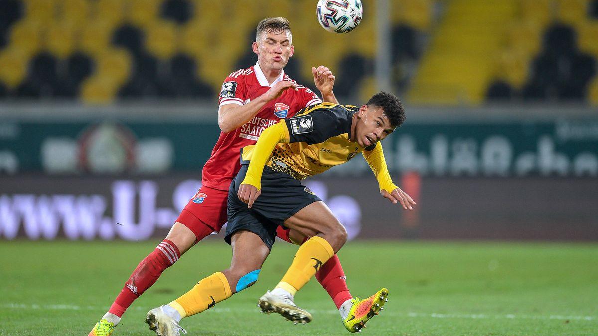 Max Dombrowka (Unterhaching) gegen Ransford Yeboah Königsdörffer (Dynamo Dresden)