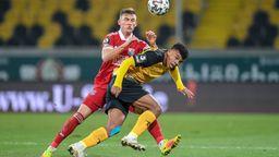 Max Dombrowka (Unterhaching) gegen Ransford Yeboah Königsdörffer (Dynamo Dresden) | Bild:imago images/foto2press