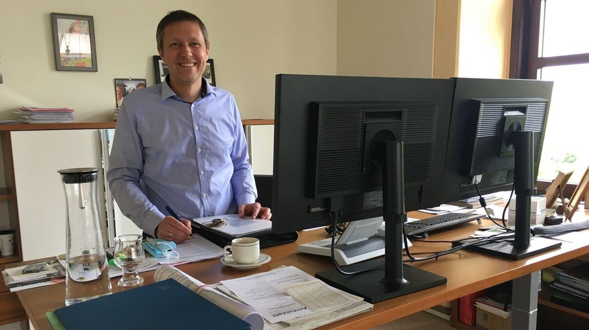 Rödentals Bürgermeister Marco Steiner steht an seinem Schreibtisch