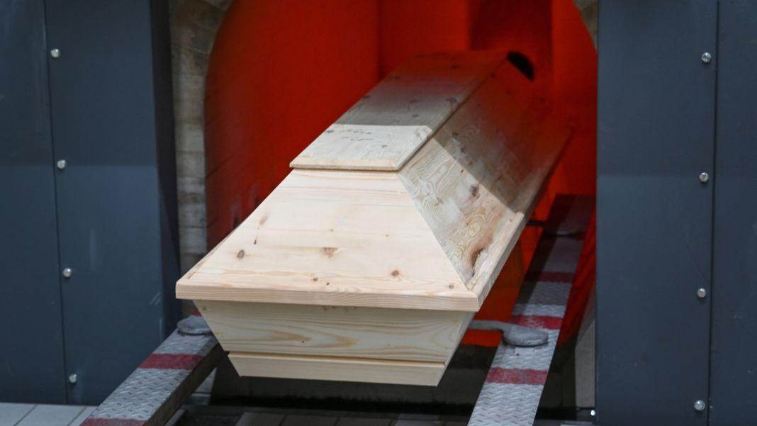 Sarg im Krematorium (Symbolbild)