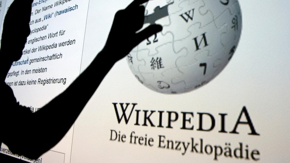 """Blick auf einen Bildschirm, auf dem """"Wikipedia"""" zu lesen ist."""