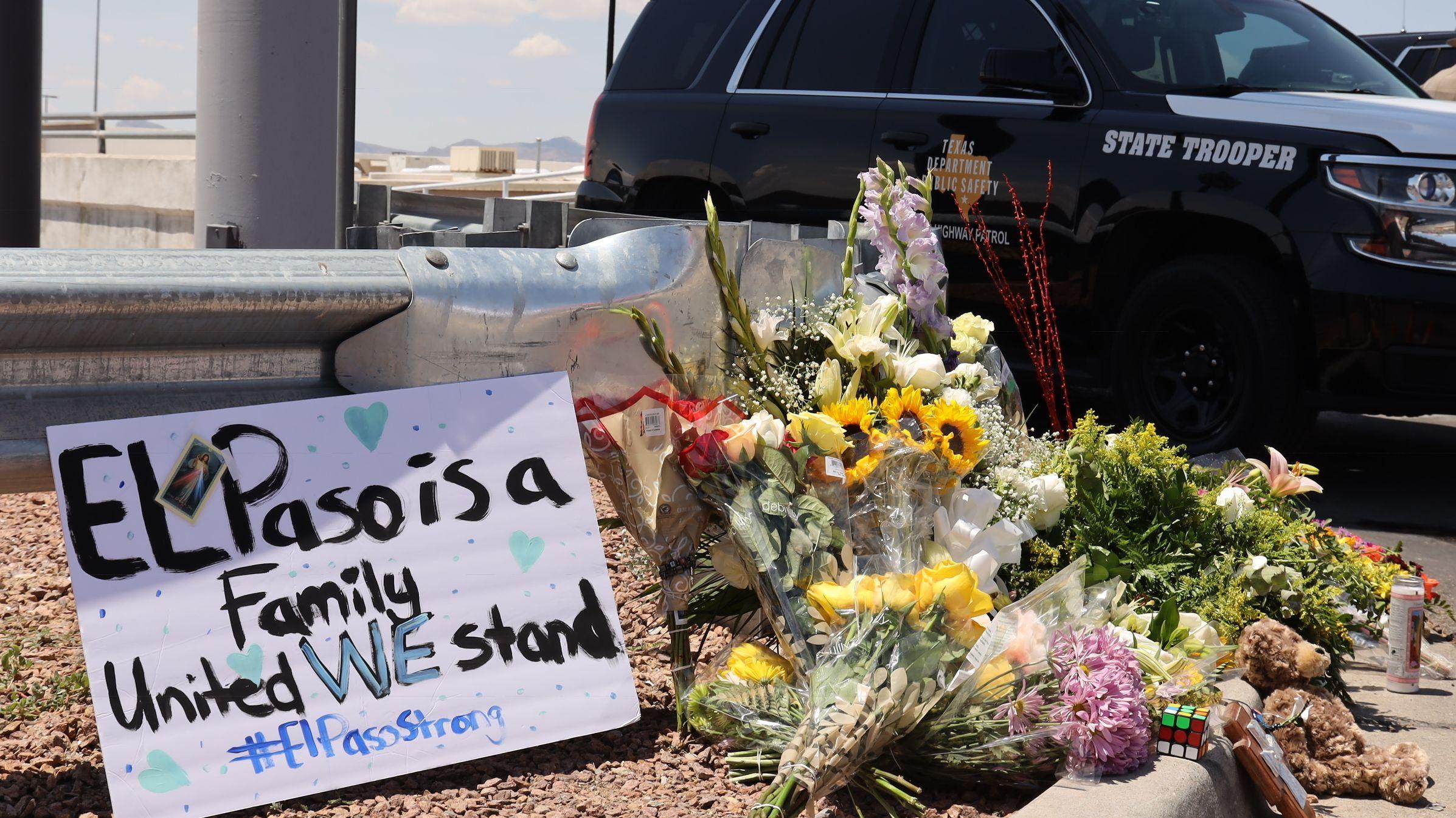 """Am Tatort liegen Blumen und ein Schild mit der Aufschrift """"El Paso ist eine Familie - wir stehen zusammen - #ElPasoStrong"""""""