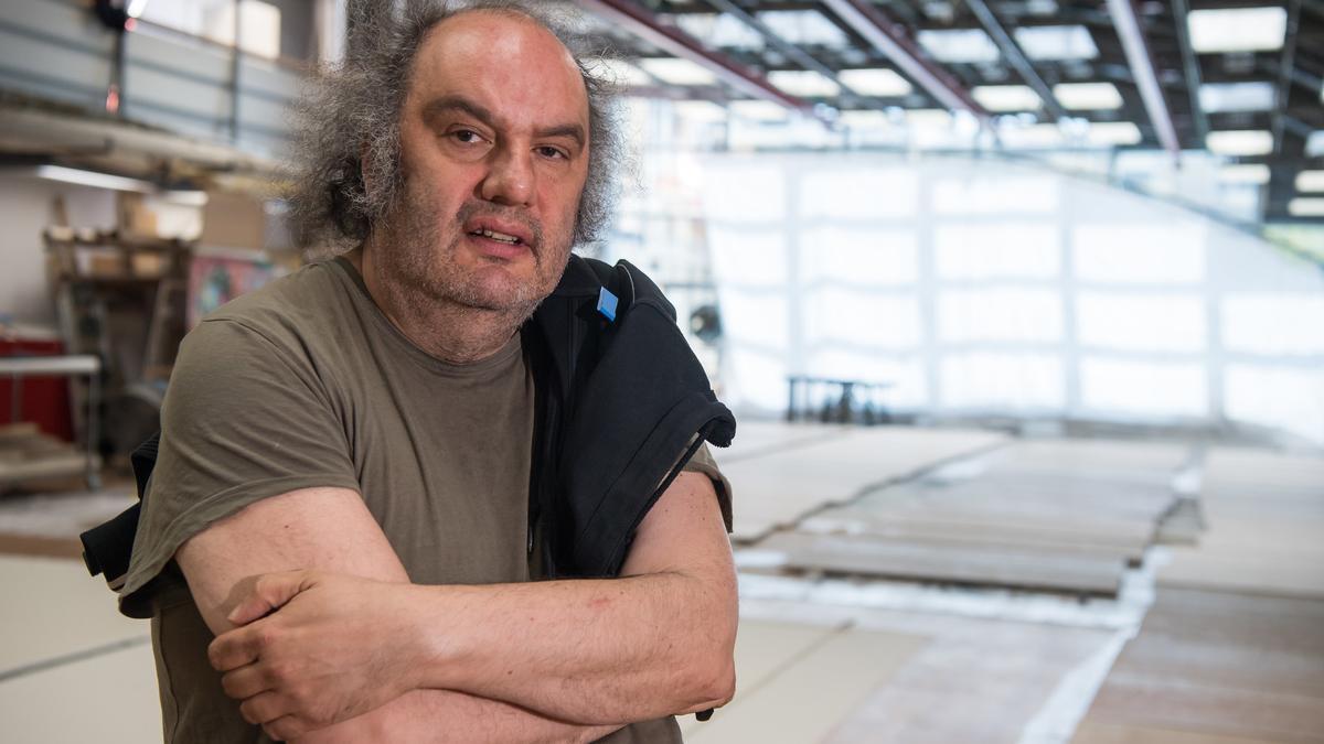Matthias Lilienthal steht mit verschränkten Armen in einer Halle