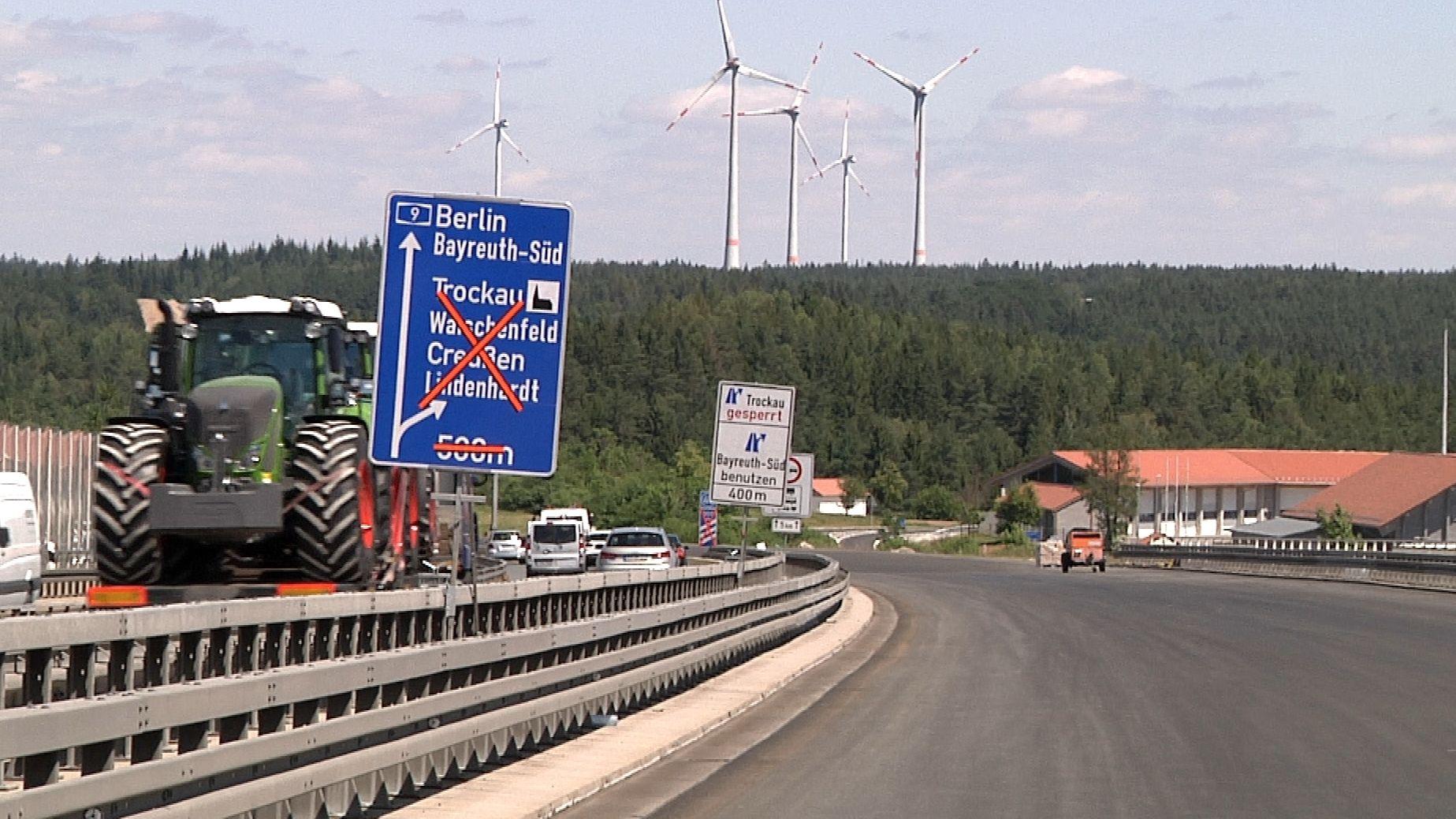 Blick auf die Autobahn: Ein Schild ist mit roten Aufklebern durchgestrichen.