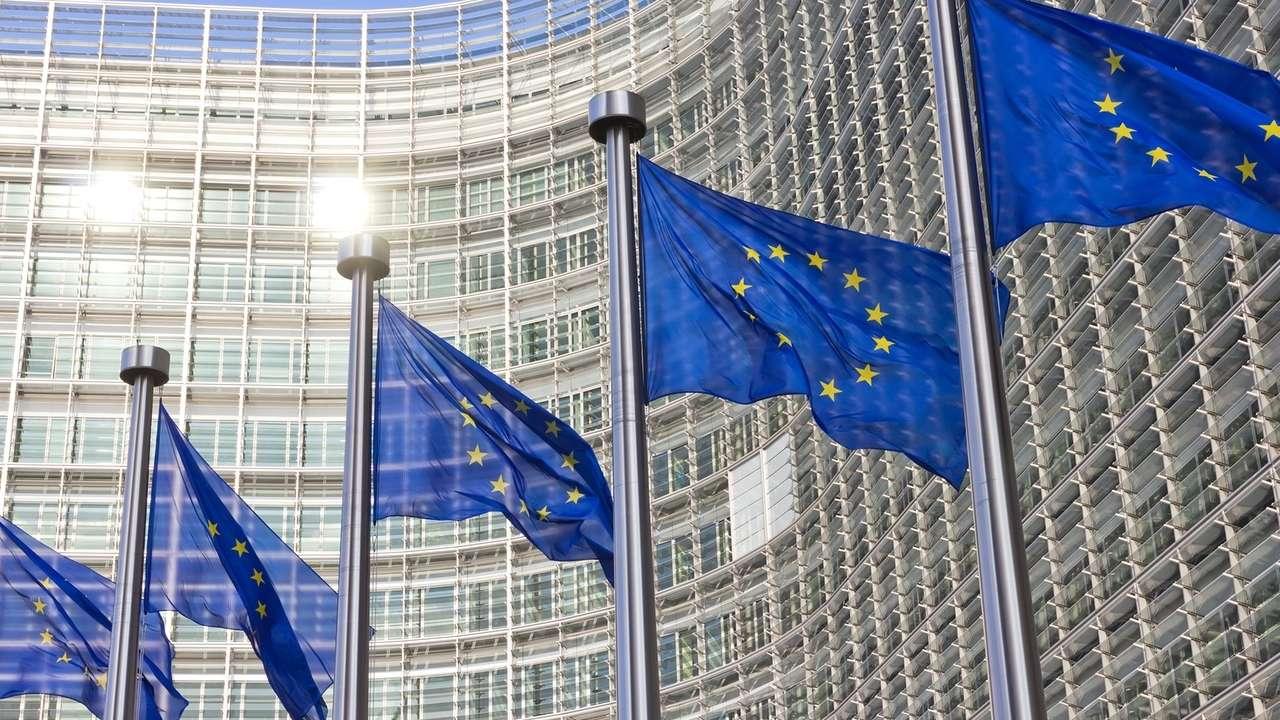 EU-Flaggen wehen vor dem Berlaymont-Gebäude in Brüssel, dem Sitz der EU Kommission.