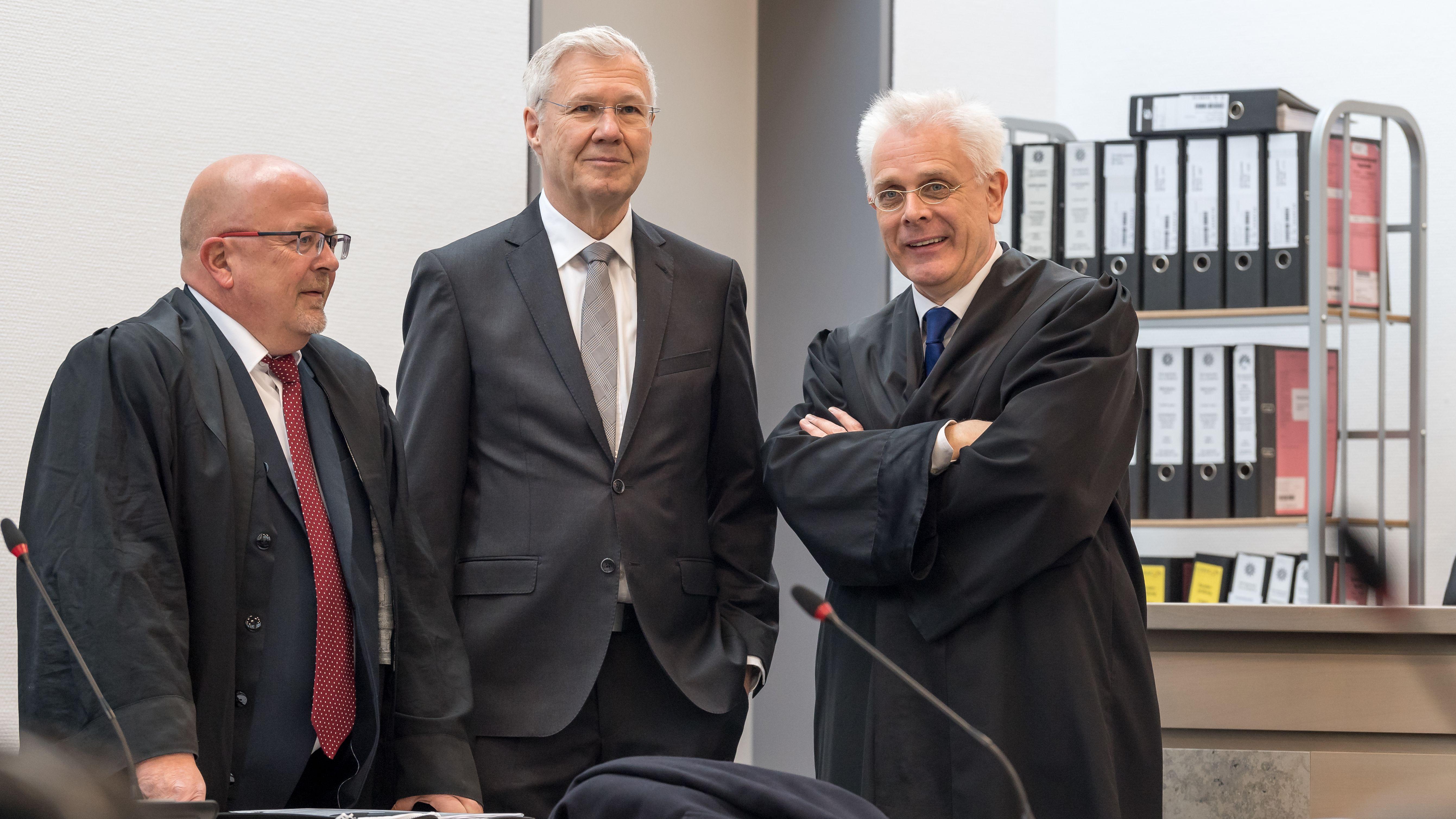 Alfred Lehmann mit seinen Anwälten Jörg Gragert (l.) und Andreas Mariassy (r.).