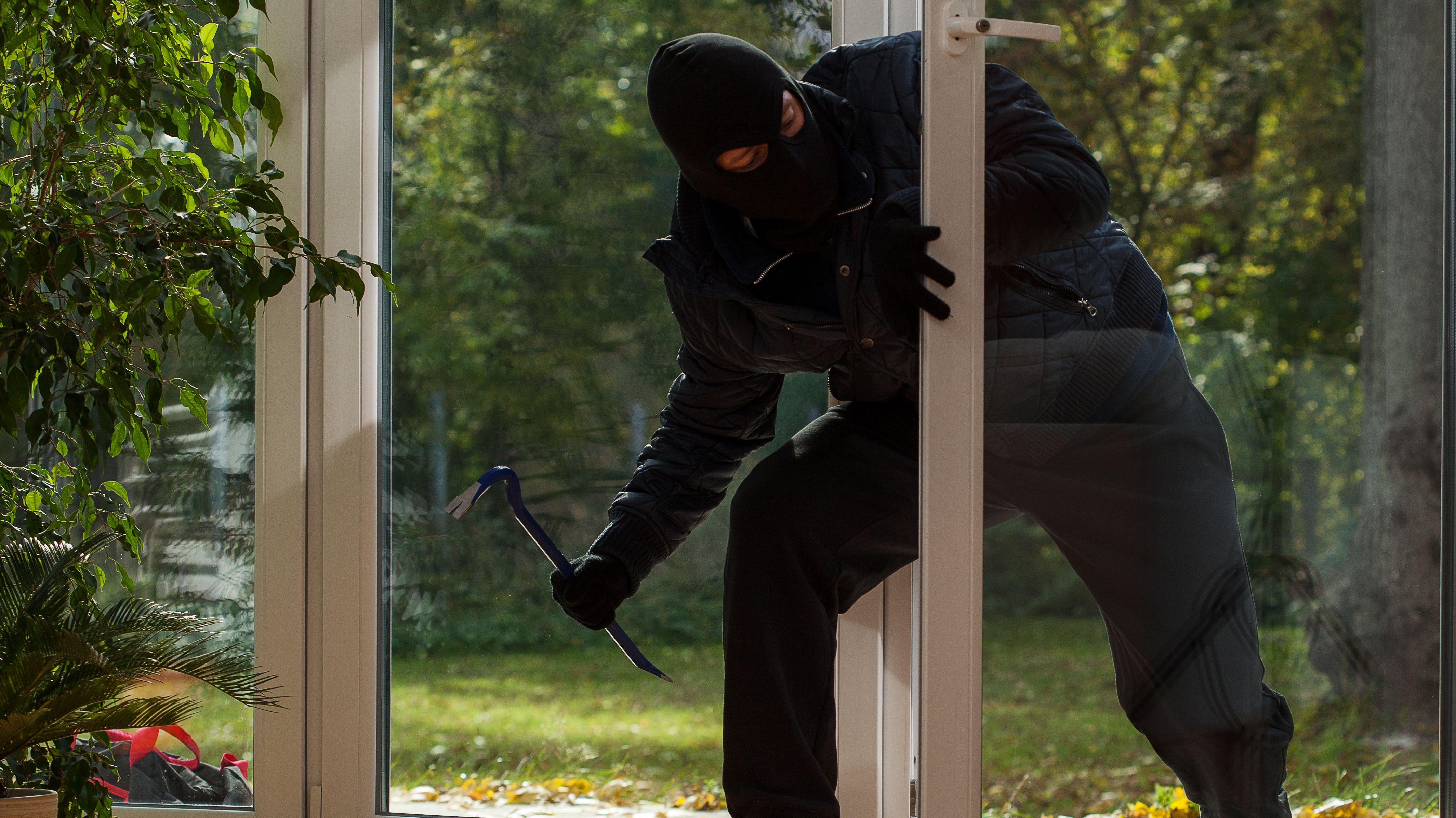 Einbrecher mit Maske dringt in Terrassentür ein