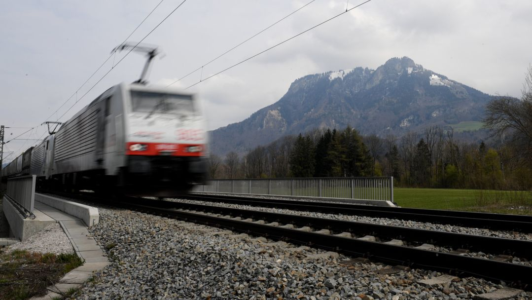 Ein Güterzug fährt durch das Inntal.