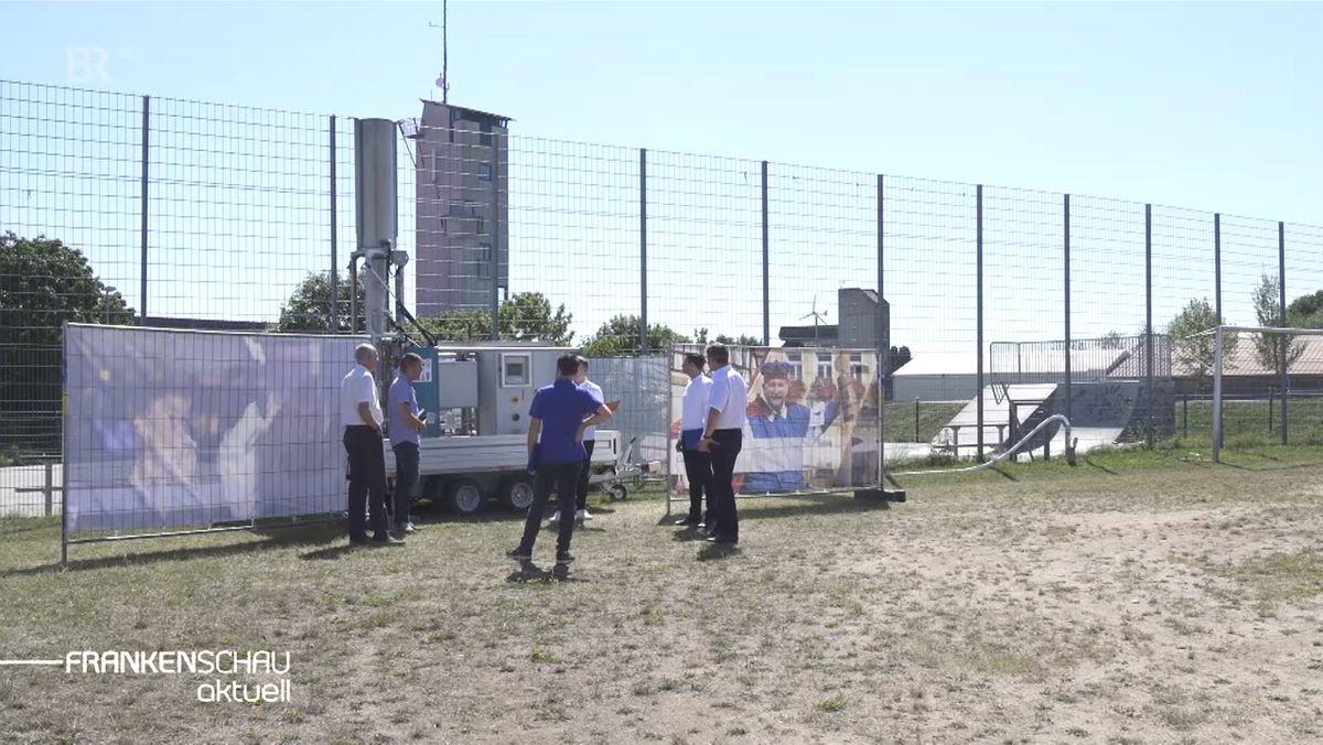 Eine mobile Absauganlage auf dem Fußballfeld in Gunzenhausen