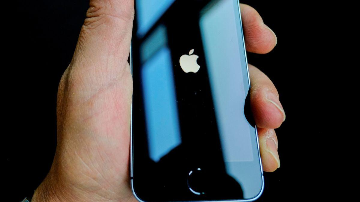 iPhone in einer Hand. Die E-Mail-App auf Apples  iPhones und iPad-Tablets hat zwei Sicherheitslücken. Davor warnt das BSI.
