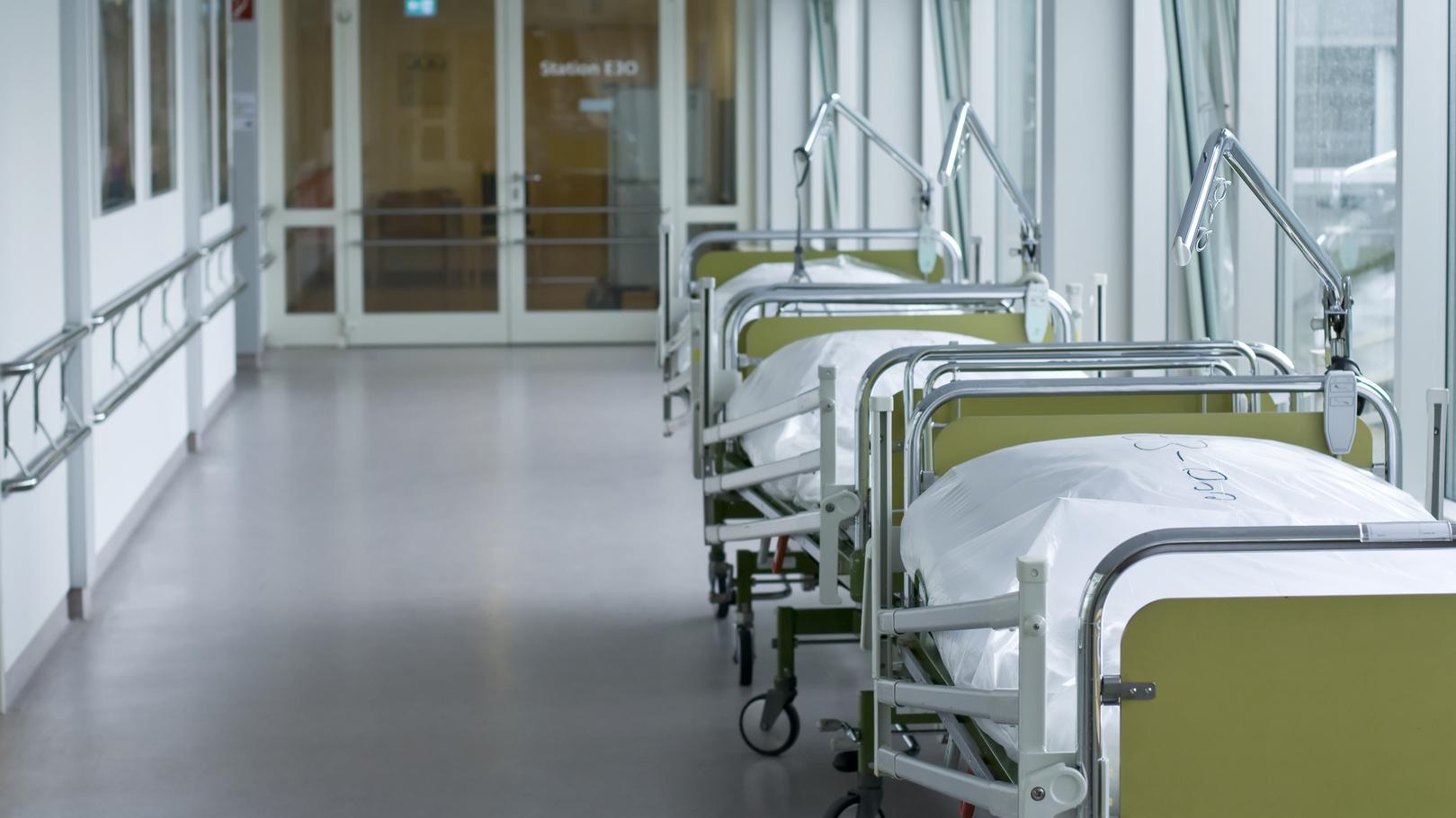 Betten in einem Krankenhausflur