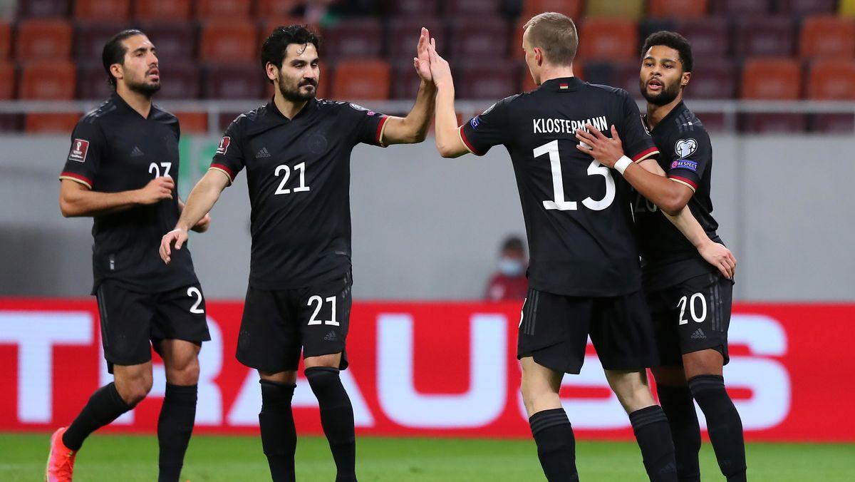 Serge Gnabry (r) bejubelt sein Tor zum 0:1 mit Emre Can, Ilkay Gündogan und Lukas Klostermann.