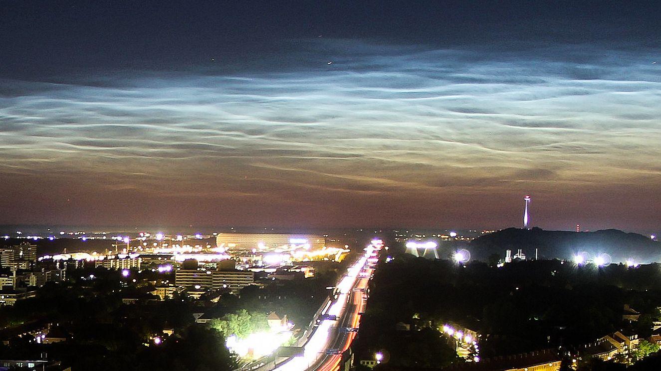 Leuchtende Nachtwolken über München. Dieses Foto wurde in der Nacht auf Freitag um 3.20 Uhr in München-Freimann aufgenommen.