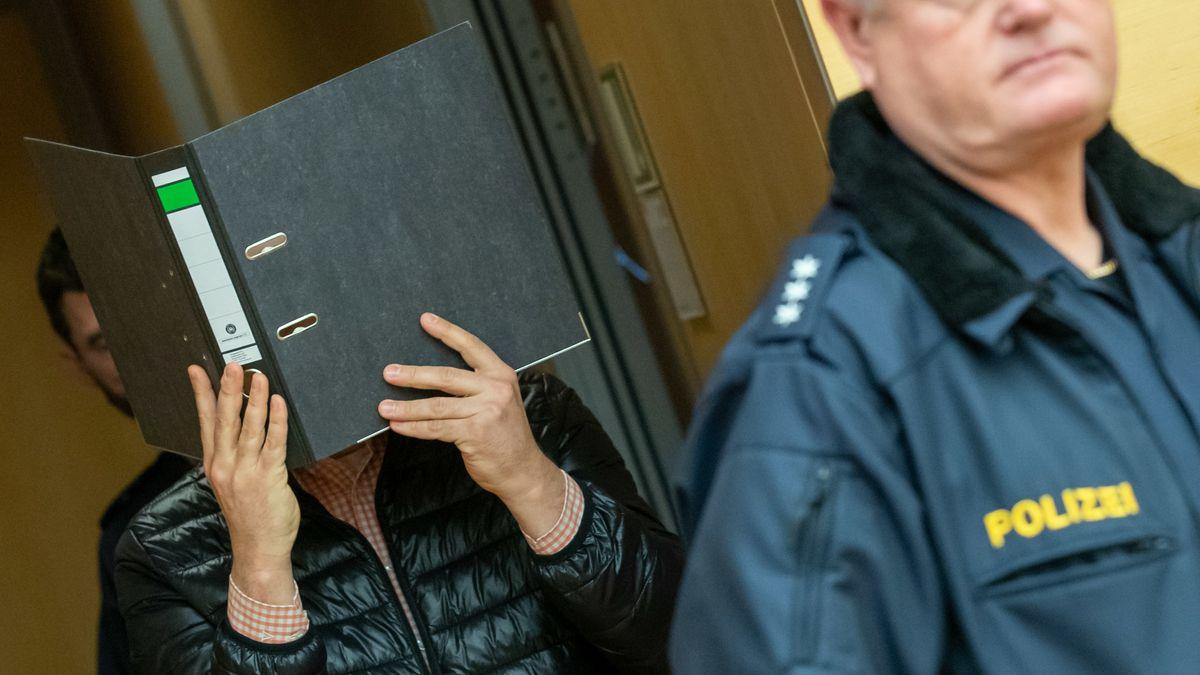 Der Angeklagte versteckt sich zu Prozessbeginn hinter einem Aktenordner