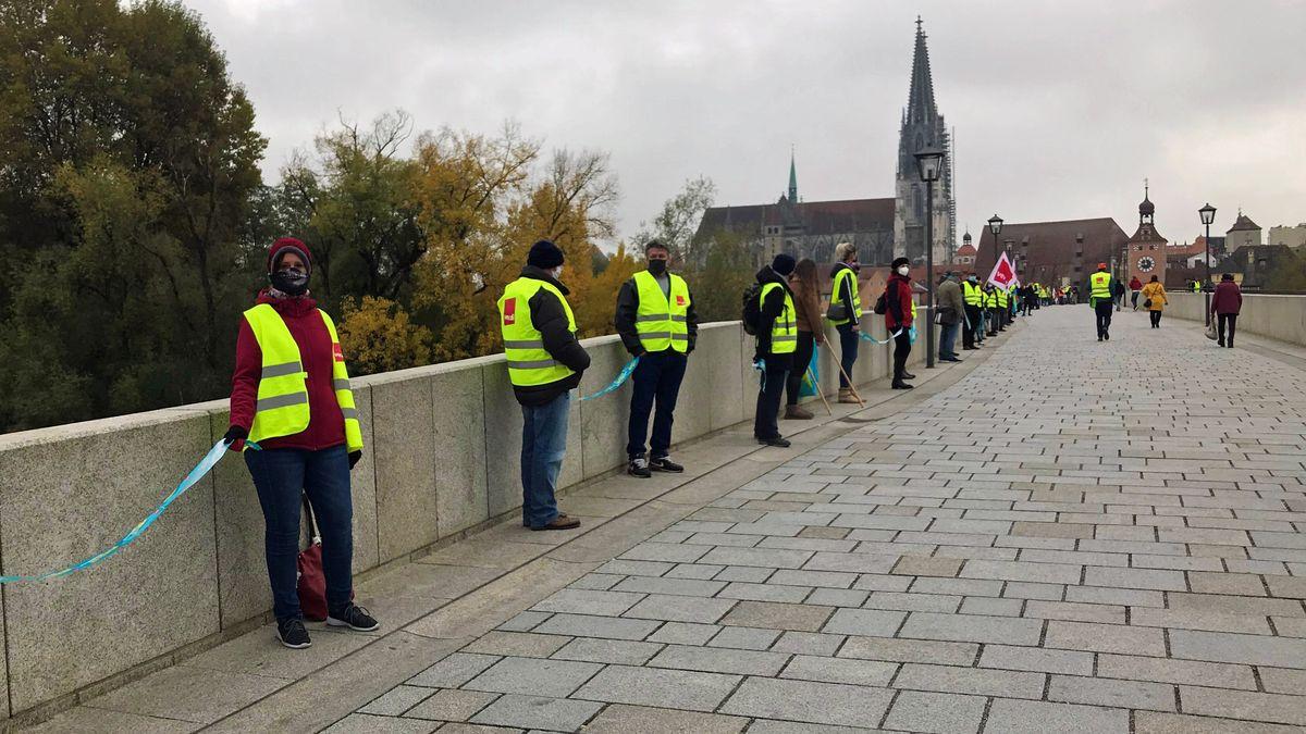 Bild von einer Menschenkette an der Steinernen Brücke in Regensburg