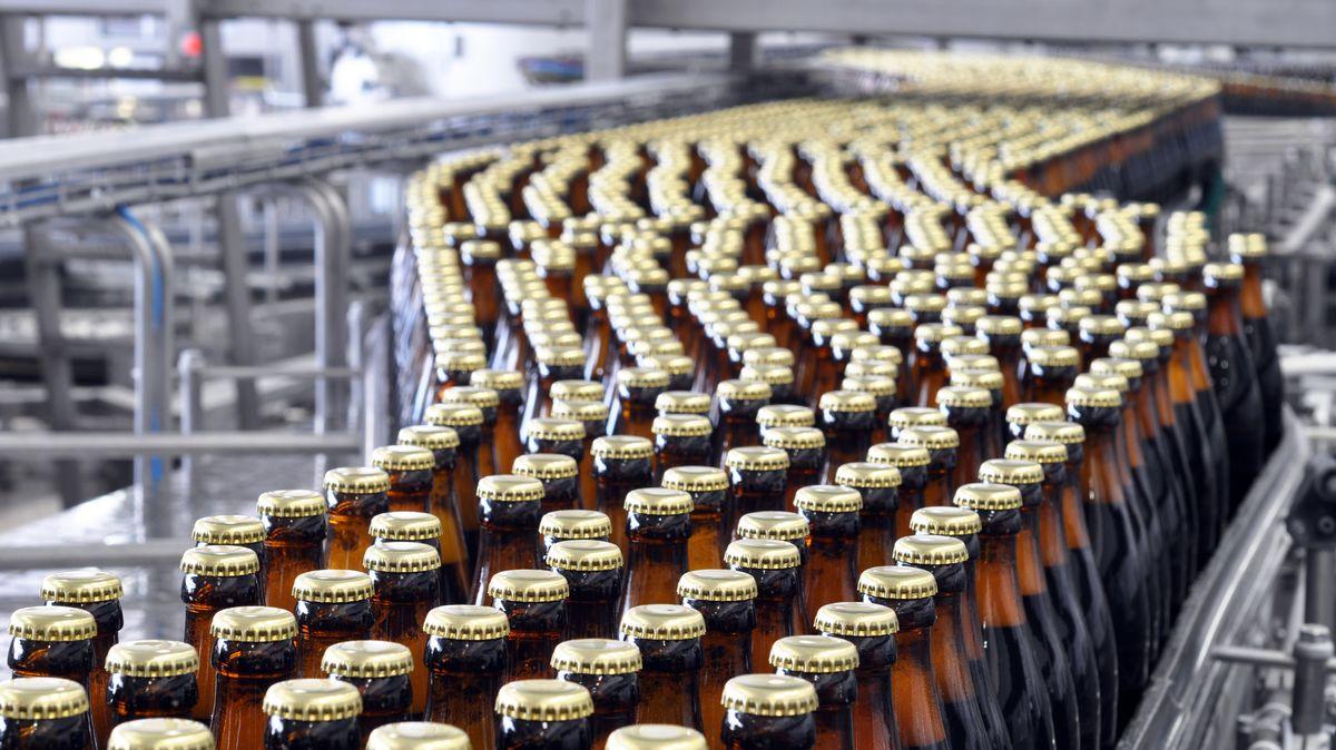 Abfüllanlage einer Brauerei - Flaschen auf dem Fließband