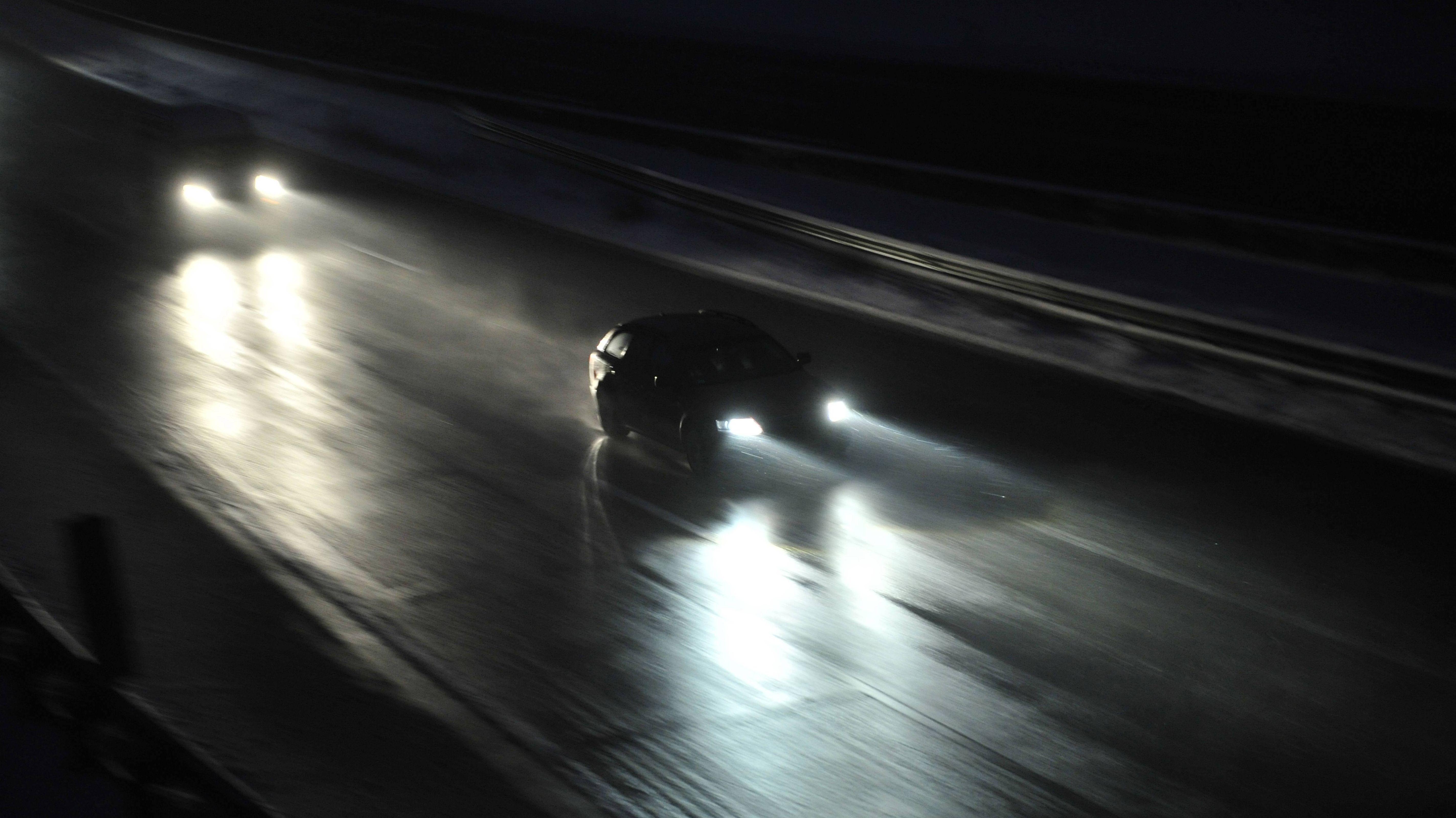 Autos bei Regen auf der Autobahn (Symbolbild)